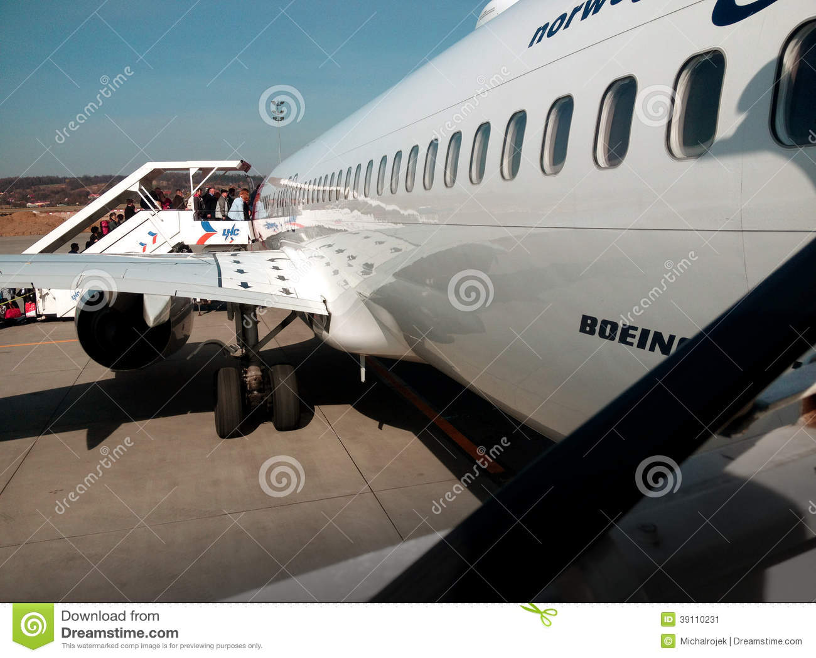 Mensen die op het vliegtuig krijgen
