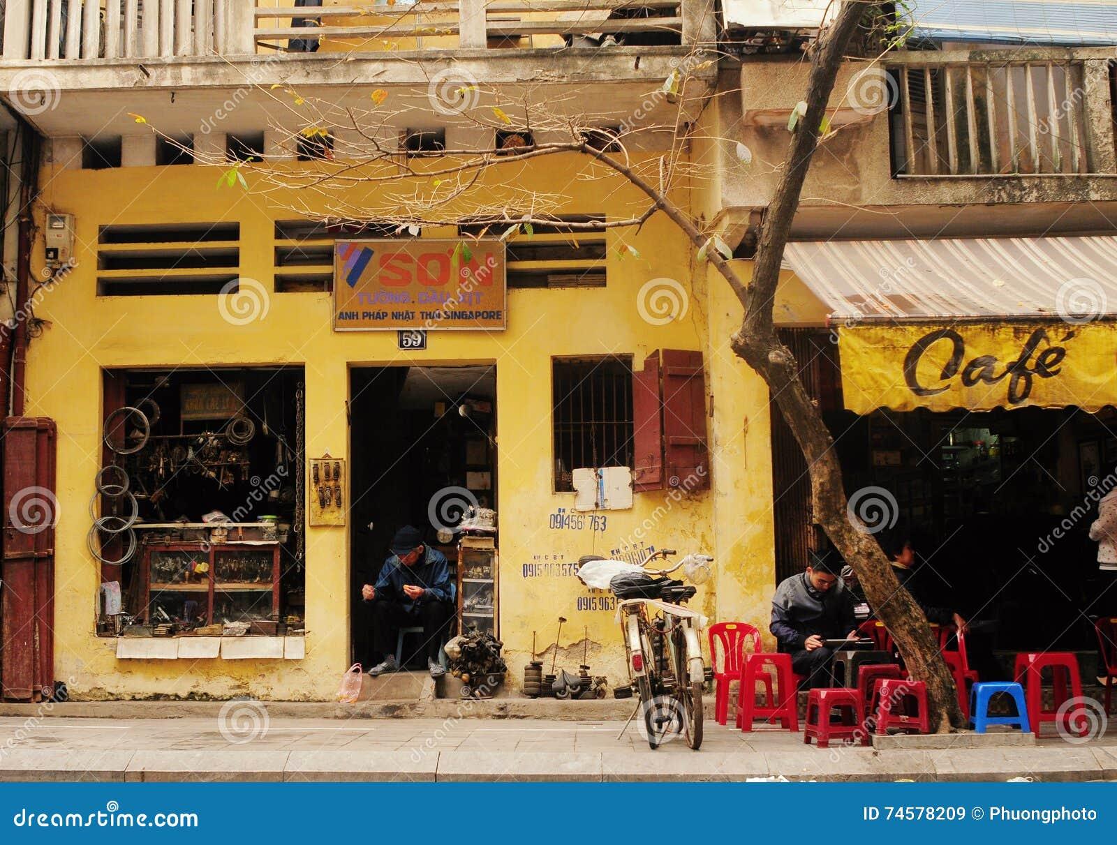 Mensen die op straat zitten bij de stad in in Hanoi, noordelijk Vietnam