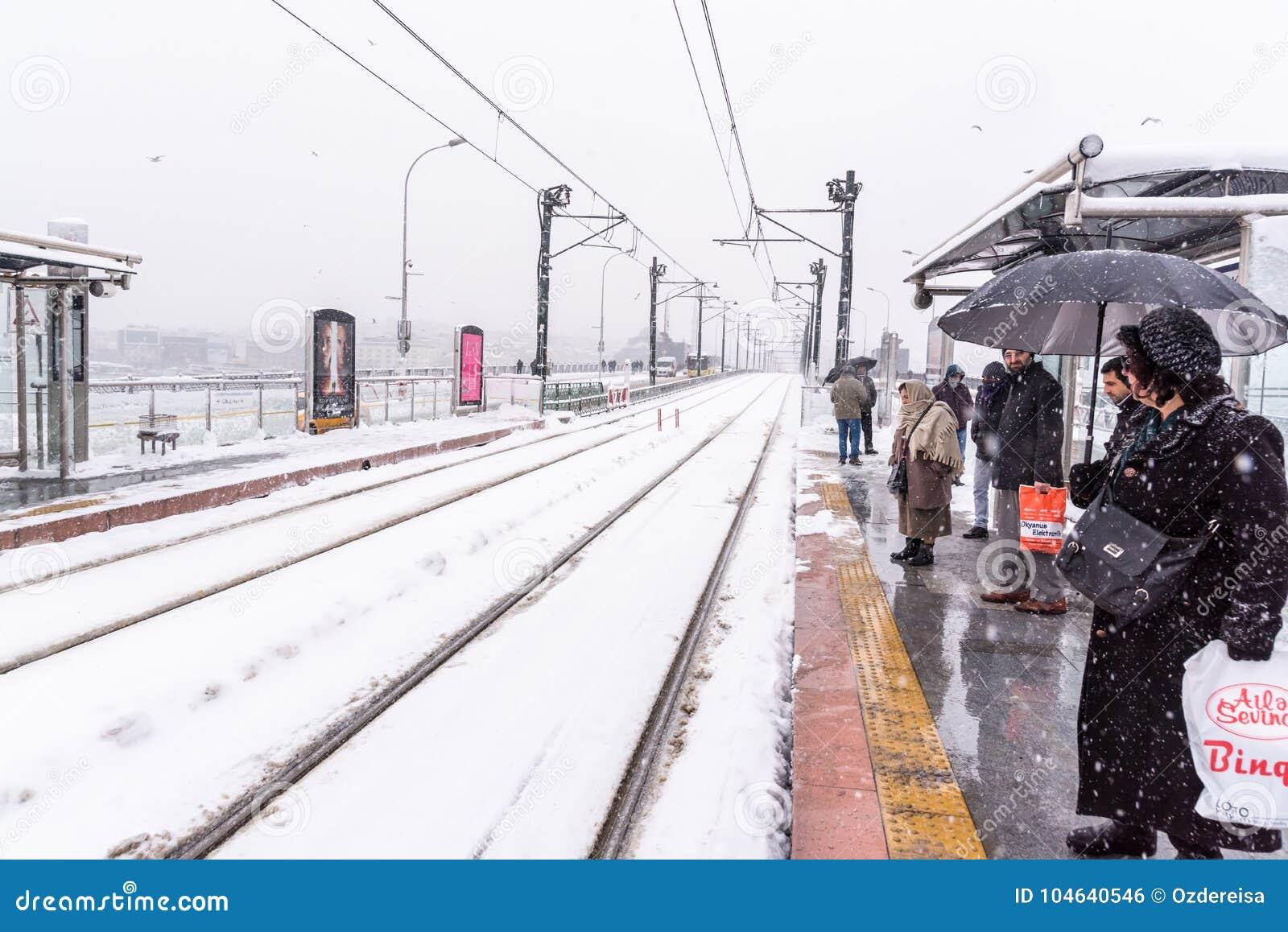 Mensen die op tramspoor bij een treineinde bij karakoy wachten