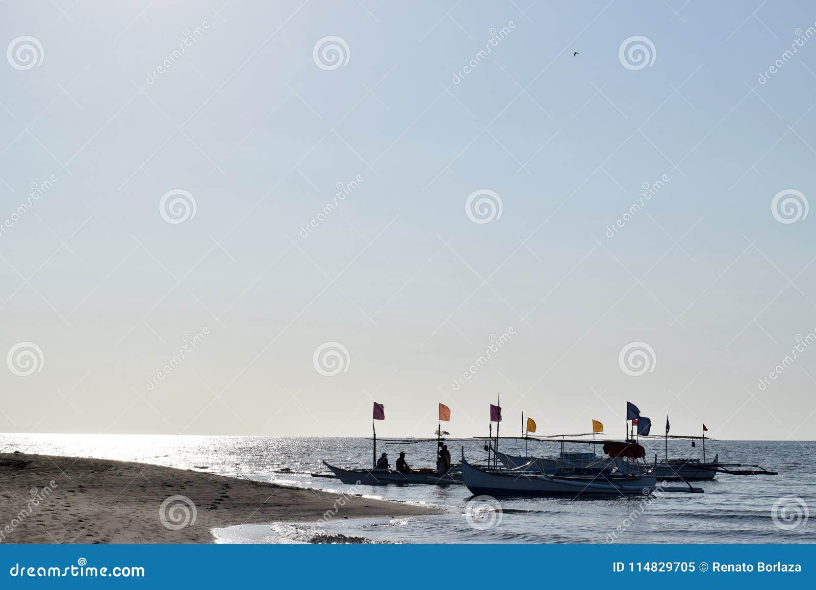 Mensen die pret hebben die op toeristenboot tijdens de zomer berijden Silhouetten