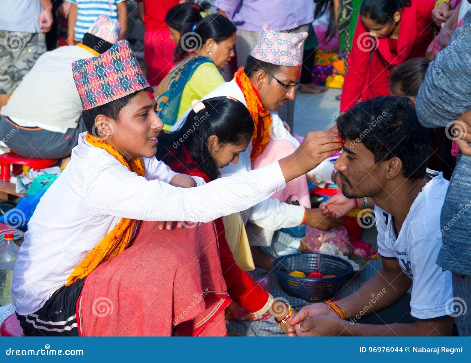 Mensen die Rakshya Bandhan van de Brahmaanpriesters ontvangen op Januari