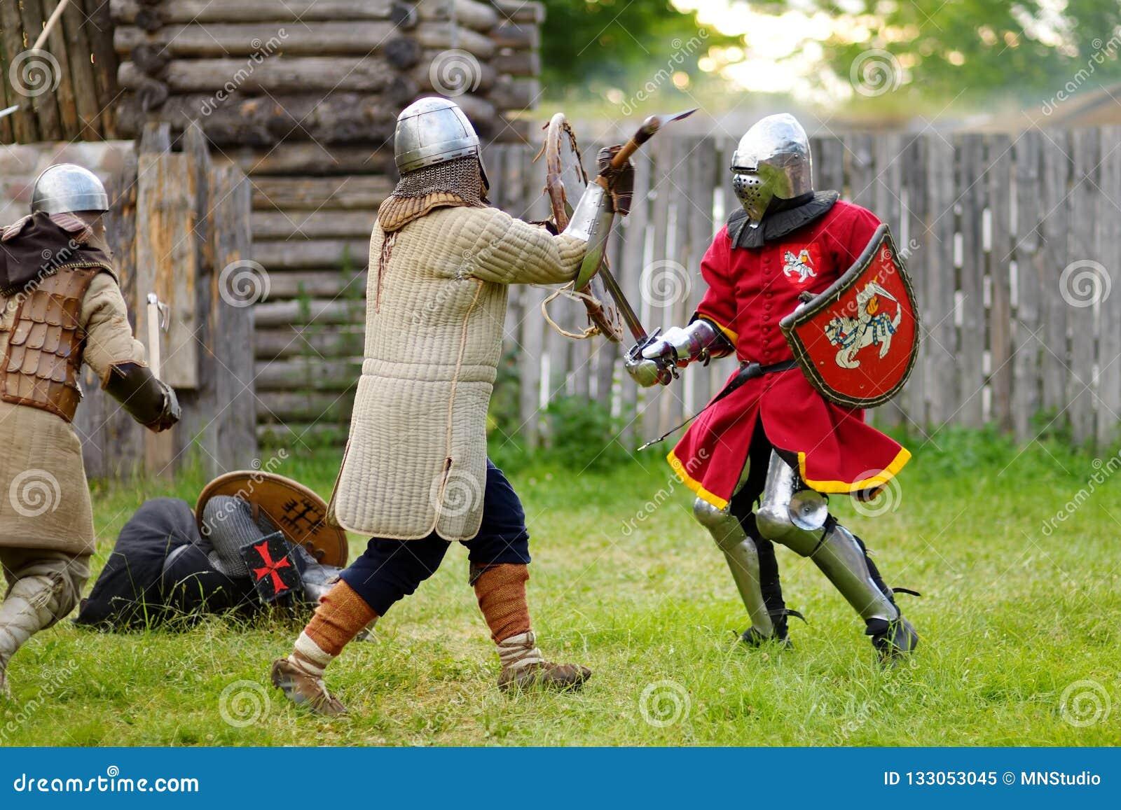 Mensen die ridderkostuums dragen tijdens het historische weer invoeren op jaarlijks Middeleeuws die Festival, in het Peninsulaire