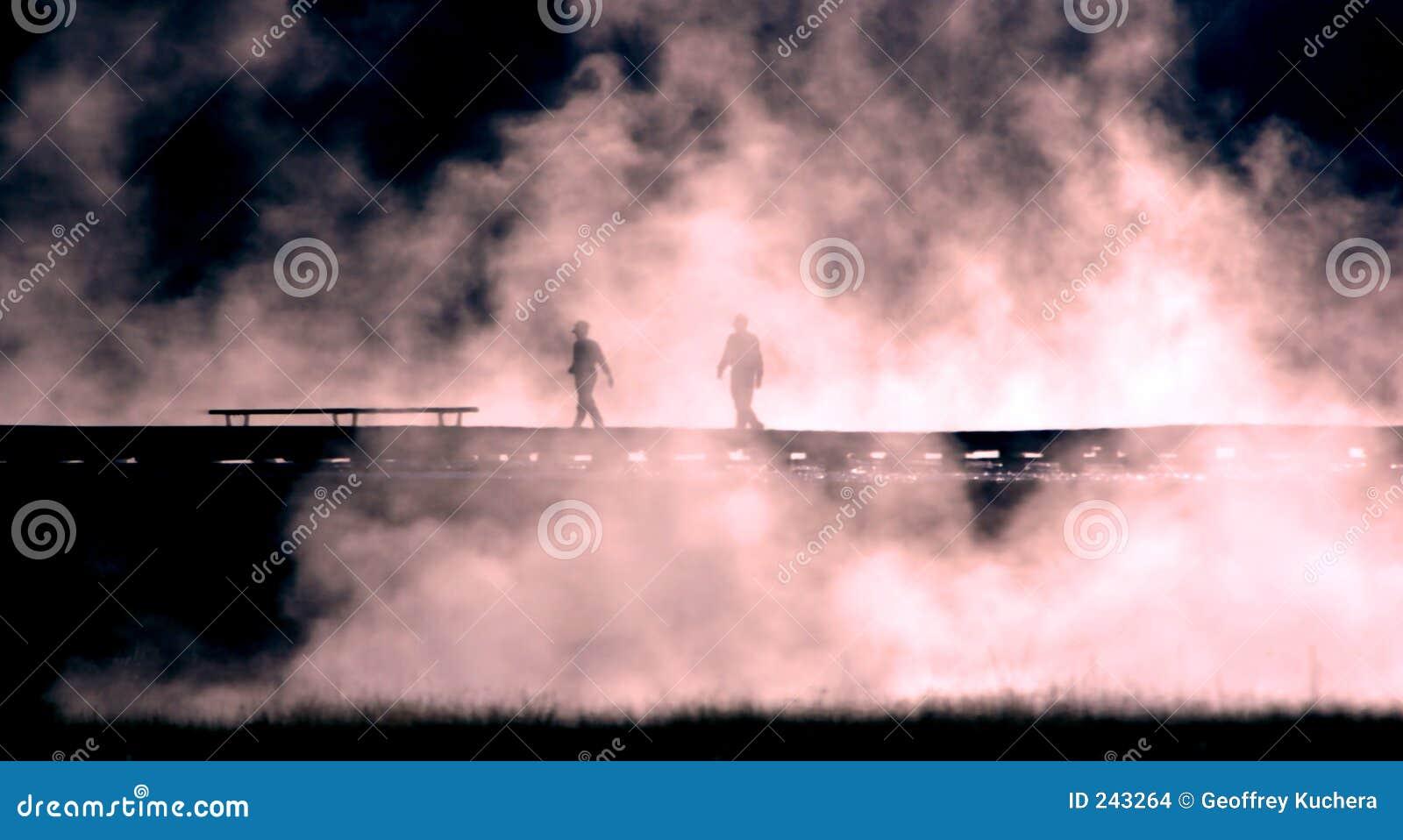 Mensen die tegen Mist worden gesilhouetteerd