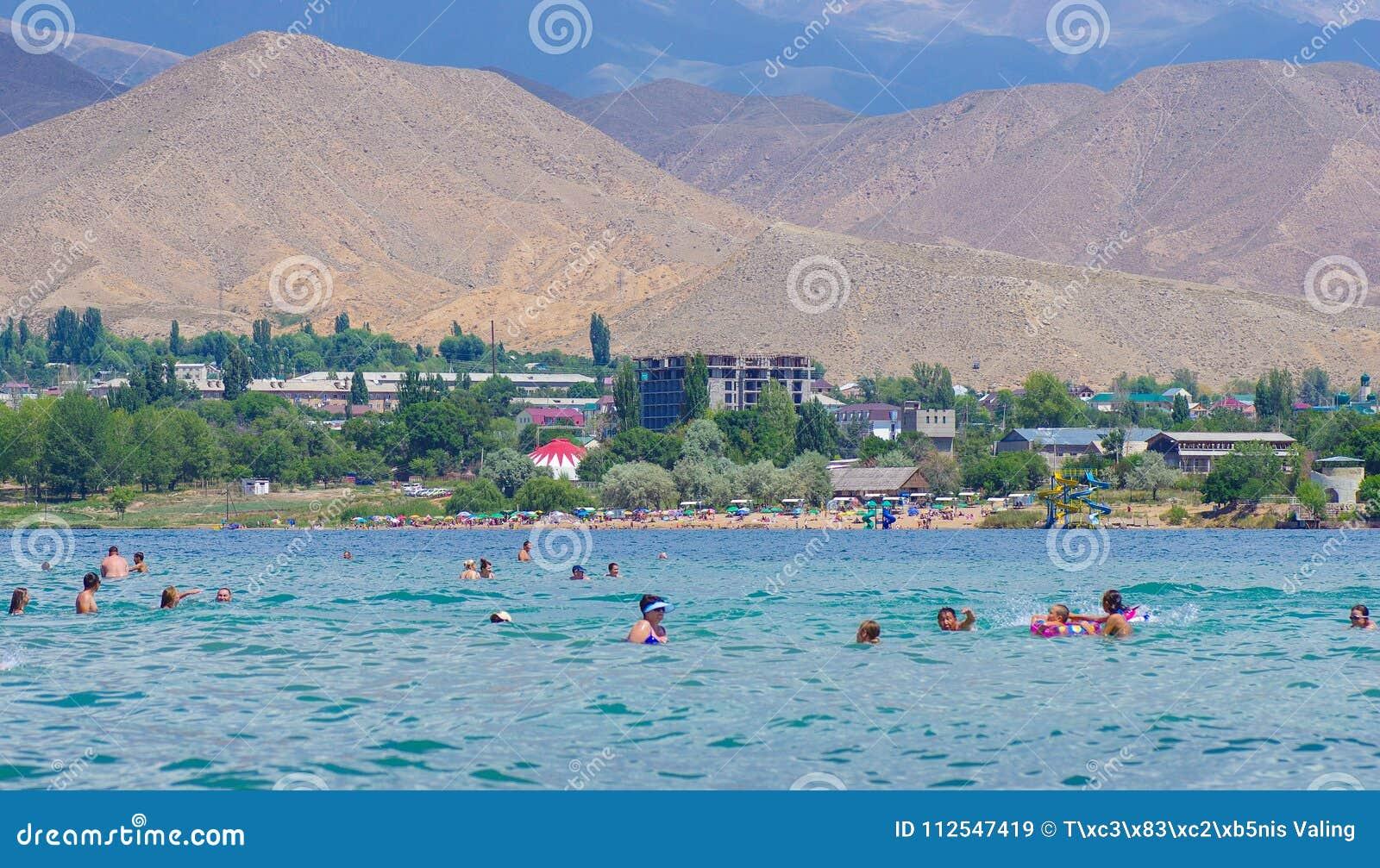 Mensen die tijdens de zomervakantie ontspannen in Kyrgyzstan