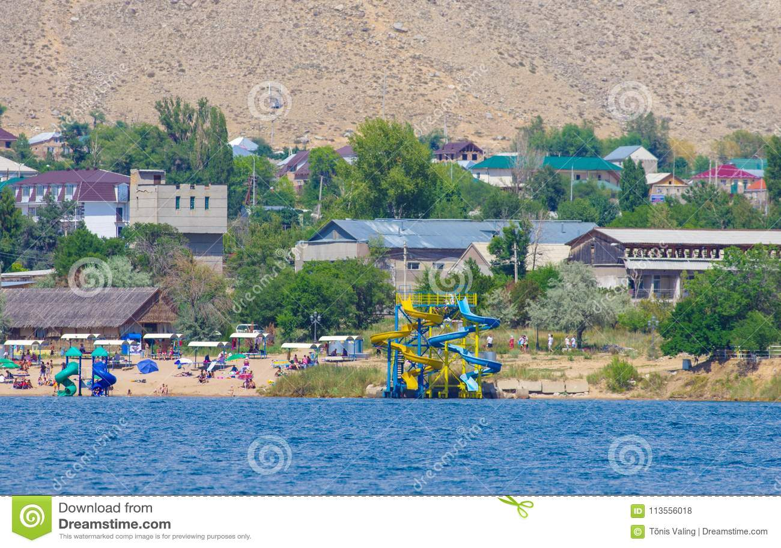 Mensen die tijdens de zomervakantie zwemmen in Kyrgyzstan