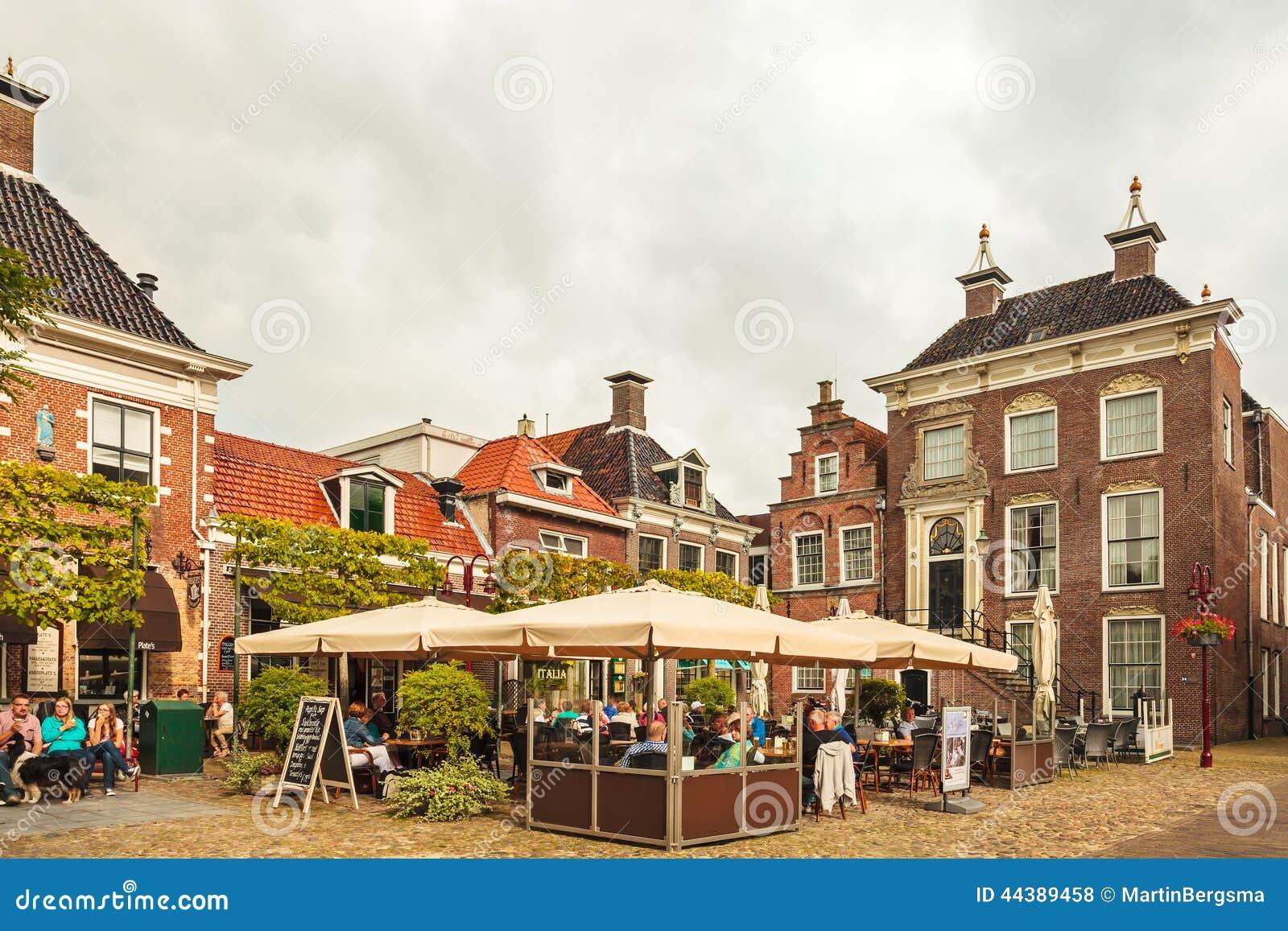 Mensen die van een de zomerdag op een terras in de oude stad van wor genieten redactionele stock - Foto sluit een overdekt terras ...