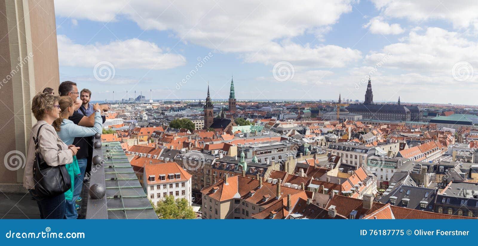 Mensen die van het panorama van Kopenhagen genieten