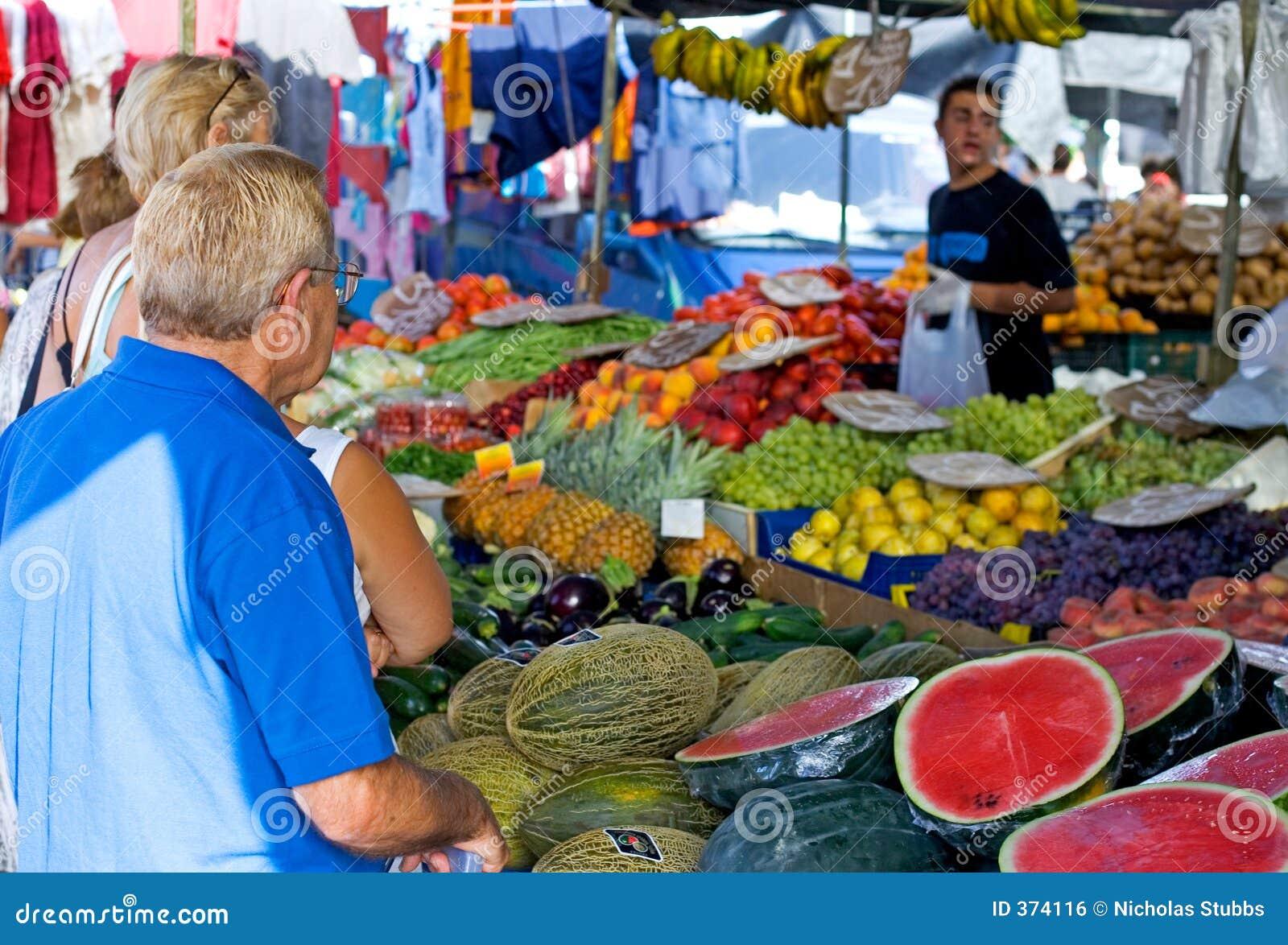 Mensen die voor Fruit en groenten in een Spaanse markt winkelen