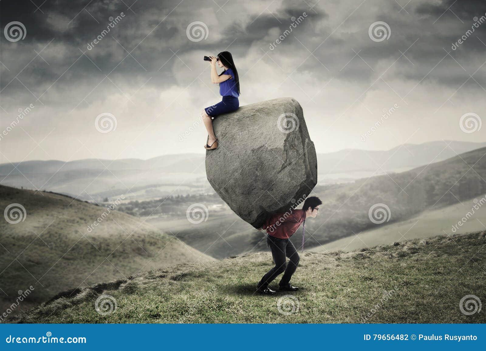 Mensen dragende steen en zijn partner