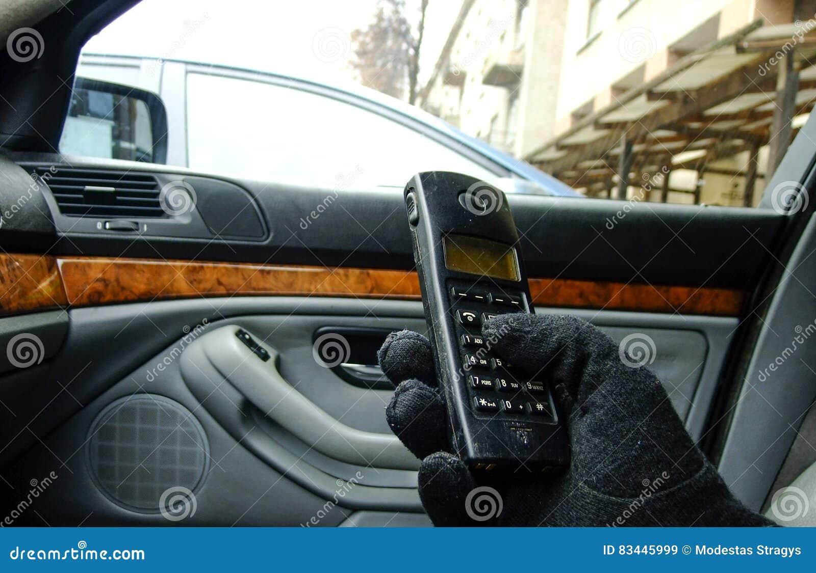 Mensen duwende knopen van Telefoon in Auto