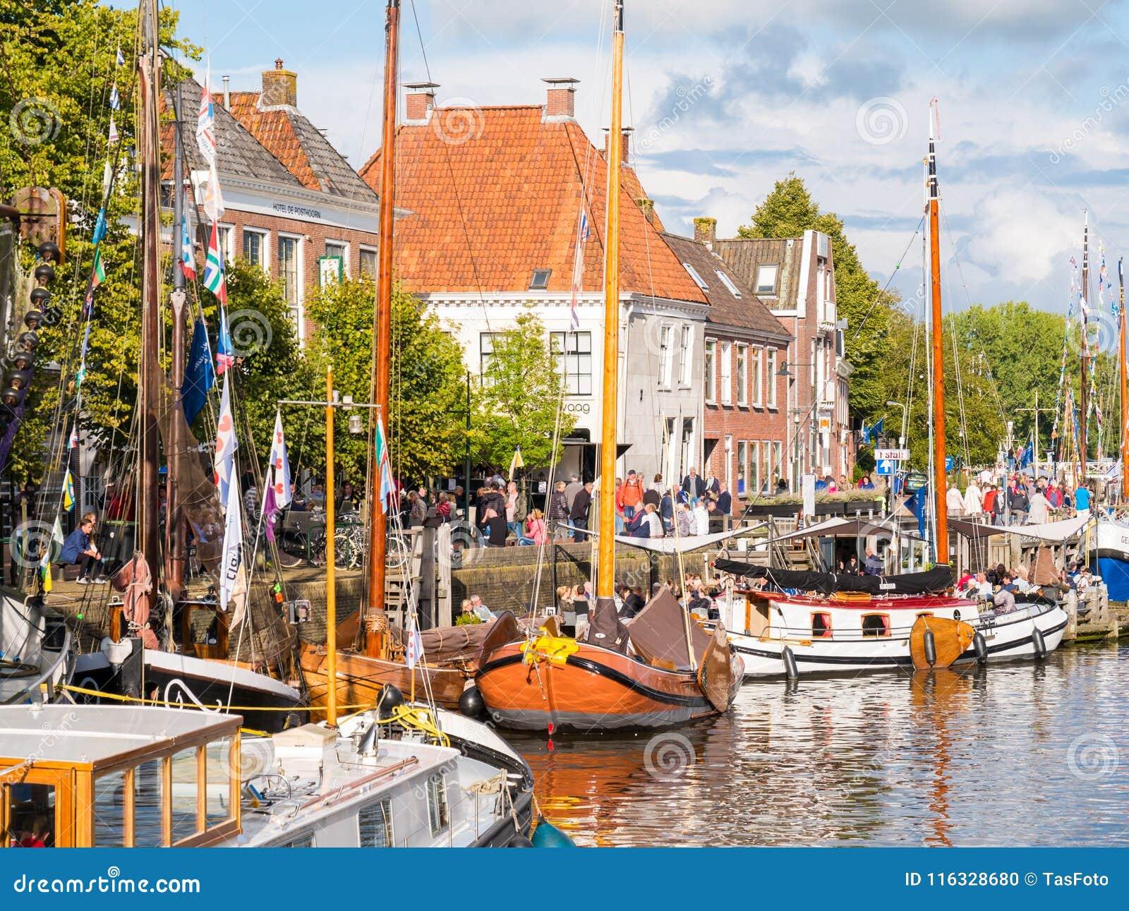 Mensen en boten tijdens de Dagen van Admiraliteit van Dokkum, Netto Friesland,