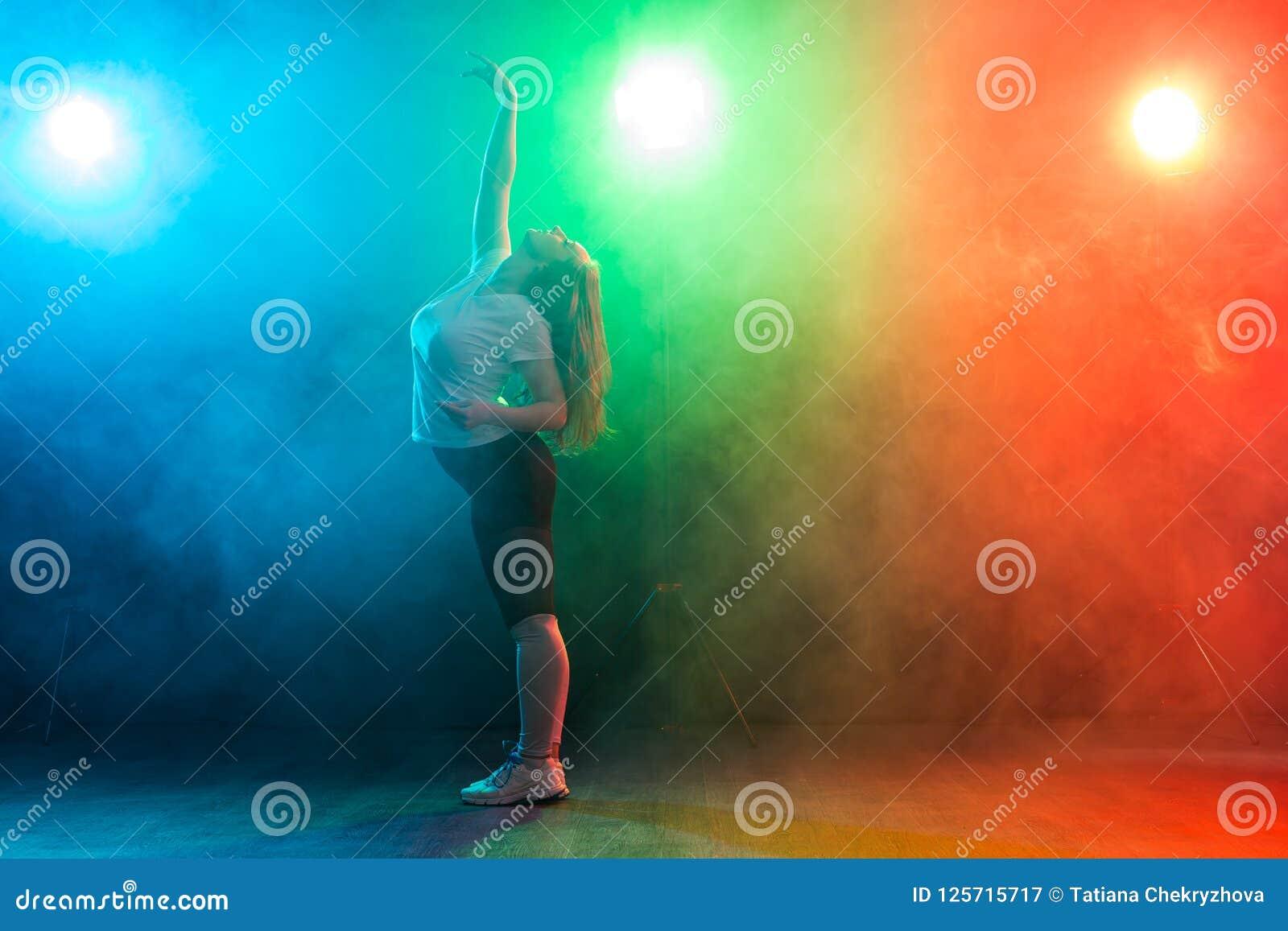 Mensen en dansende dansende de jazzlafbek van de concepten Europese jonge vrouw over gekleurde achtergrond