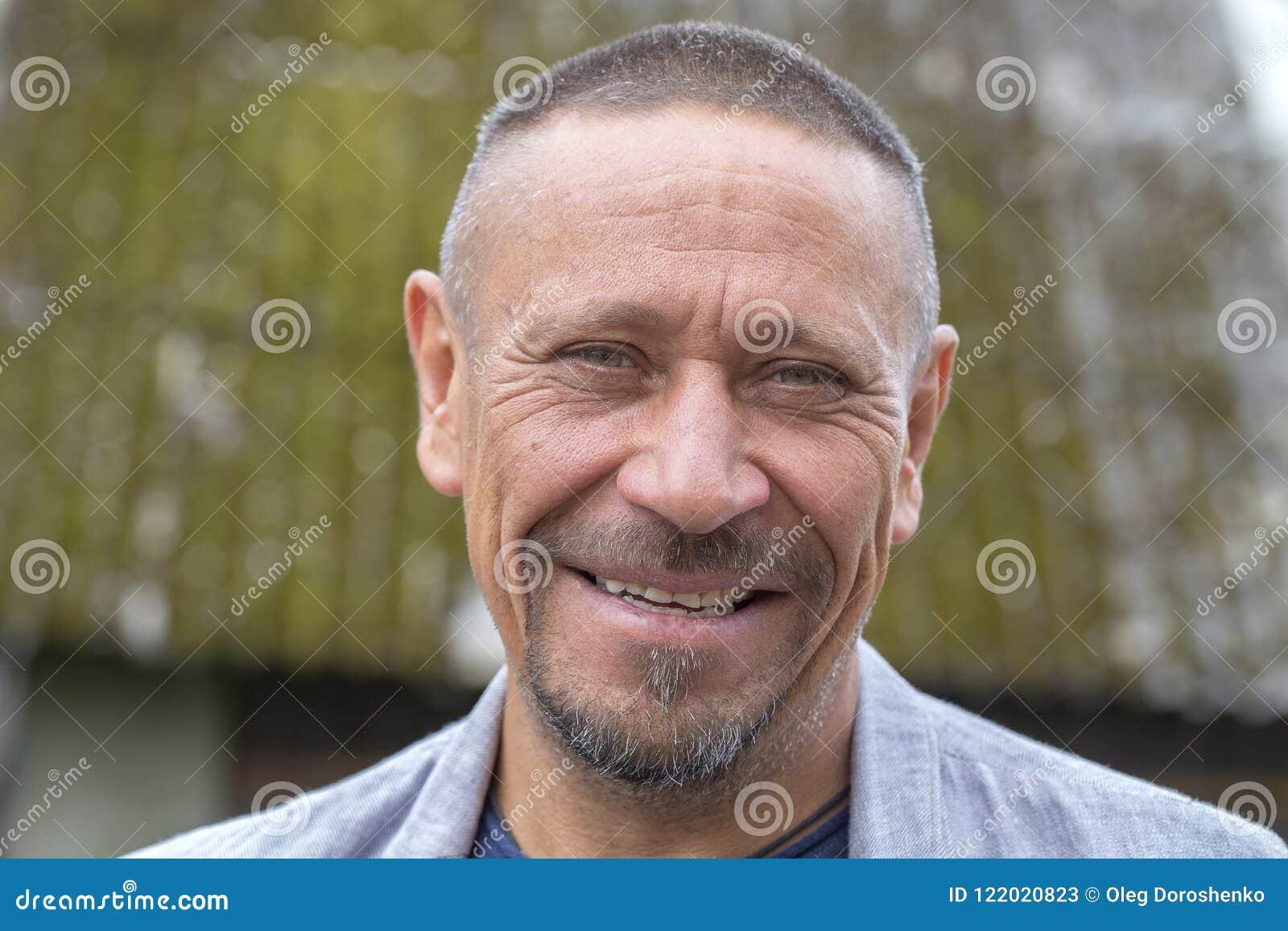 Mensen en levensstijlconcept Gelukkige ongeschoren mens op middelbare leeftijd in openlucht De volwassen close-up van het mensenp