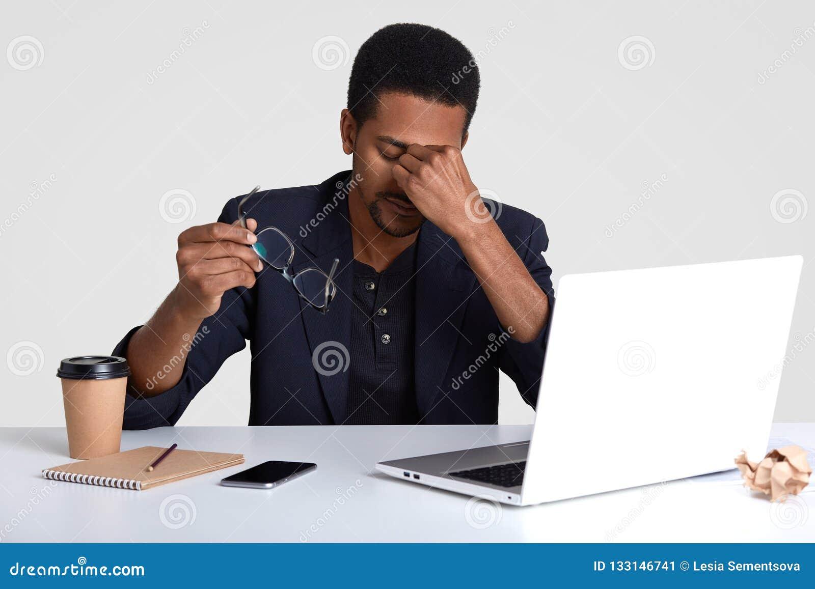 Mensen en vermoeidheidconcept De moeheid de zwarte Afrikaanse Amerikaanse mens bril opstijgt, voelt slaperig en overwerkt, omring