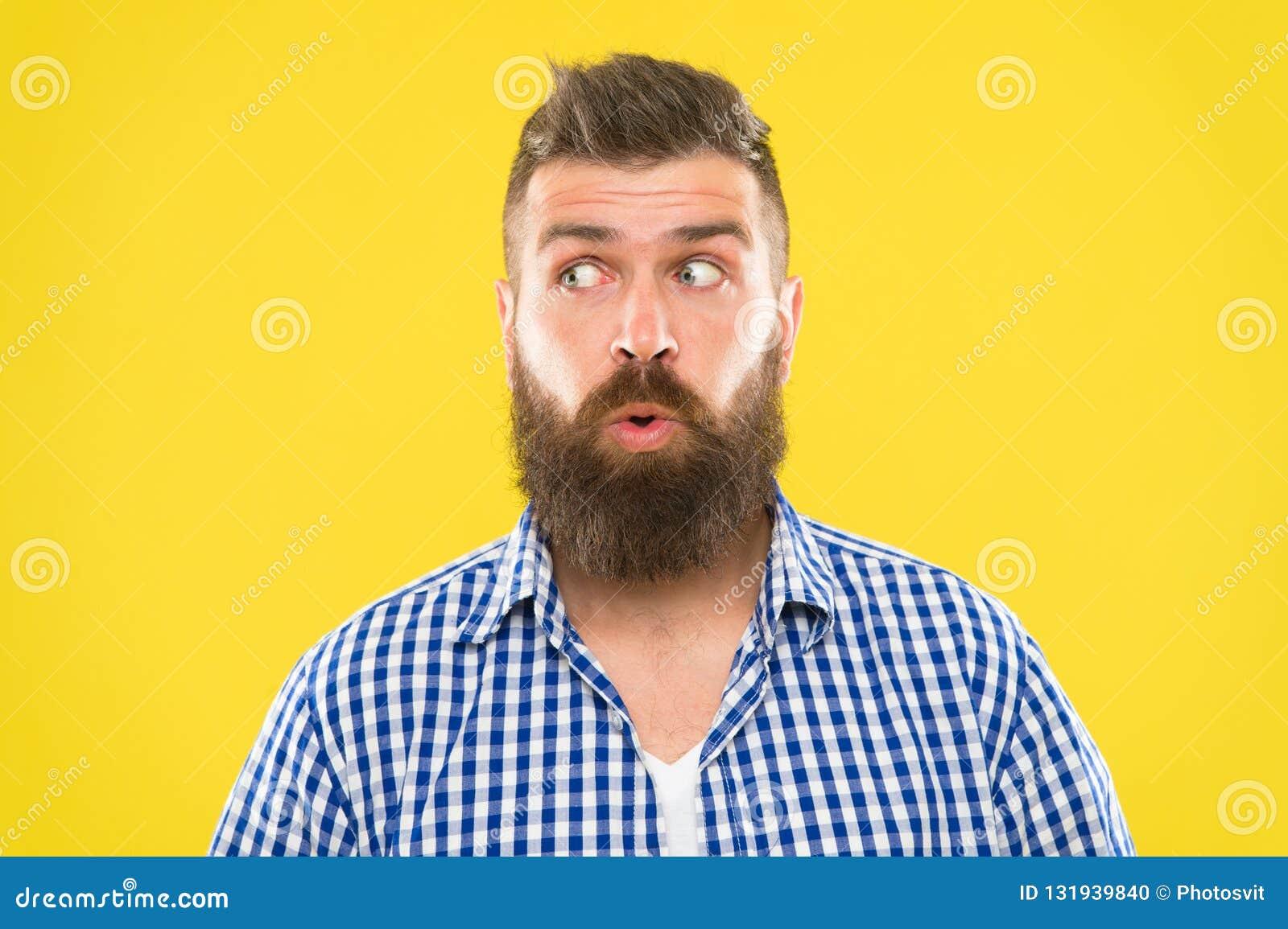 Mensen gebaarde hipster het benieuwd zijn gezichts gele achtergrond dicht omhoog Kerel verraste gezichtsuitdrukking Hipster met b