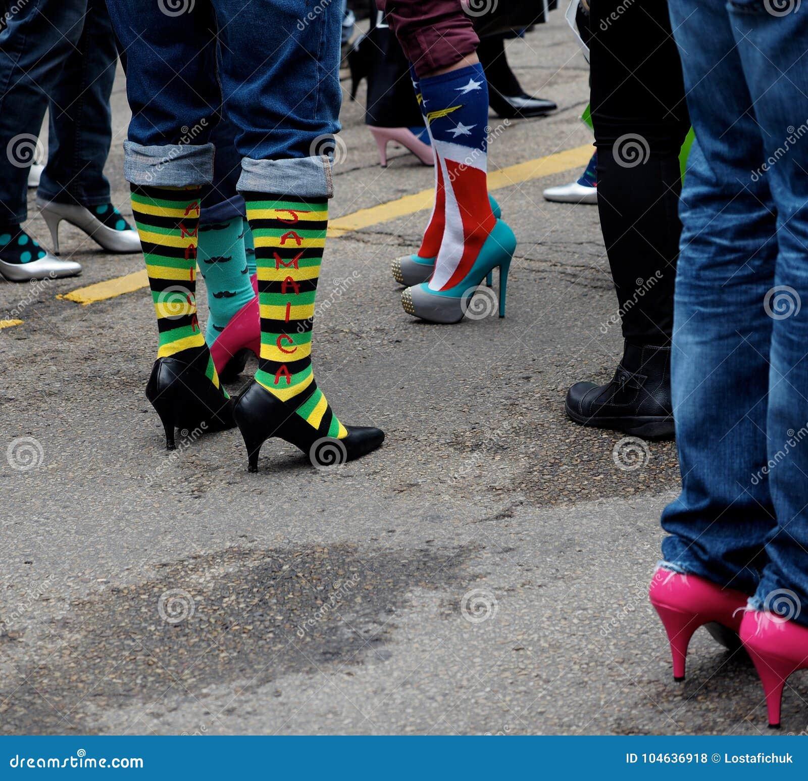 Download Mensen in Hoge Hielen stock foto. Afbeelding bestaande uit gang - 104636918