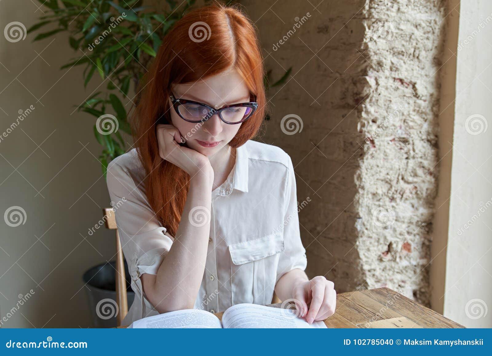 Mensen, kennis, onderwijs en schoolconcept - studentenmeisje o