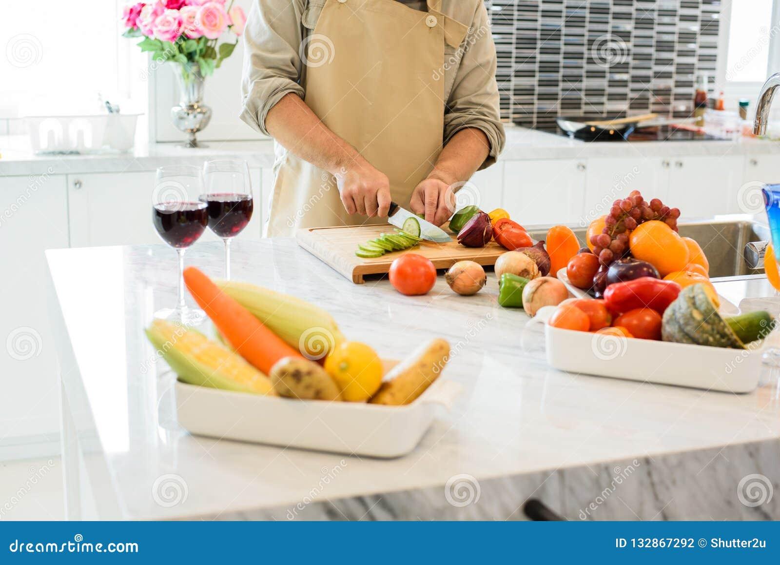 Mensen kokende en snijdende groente in de keuken Mensen en lif