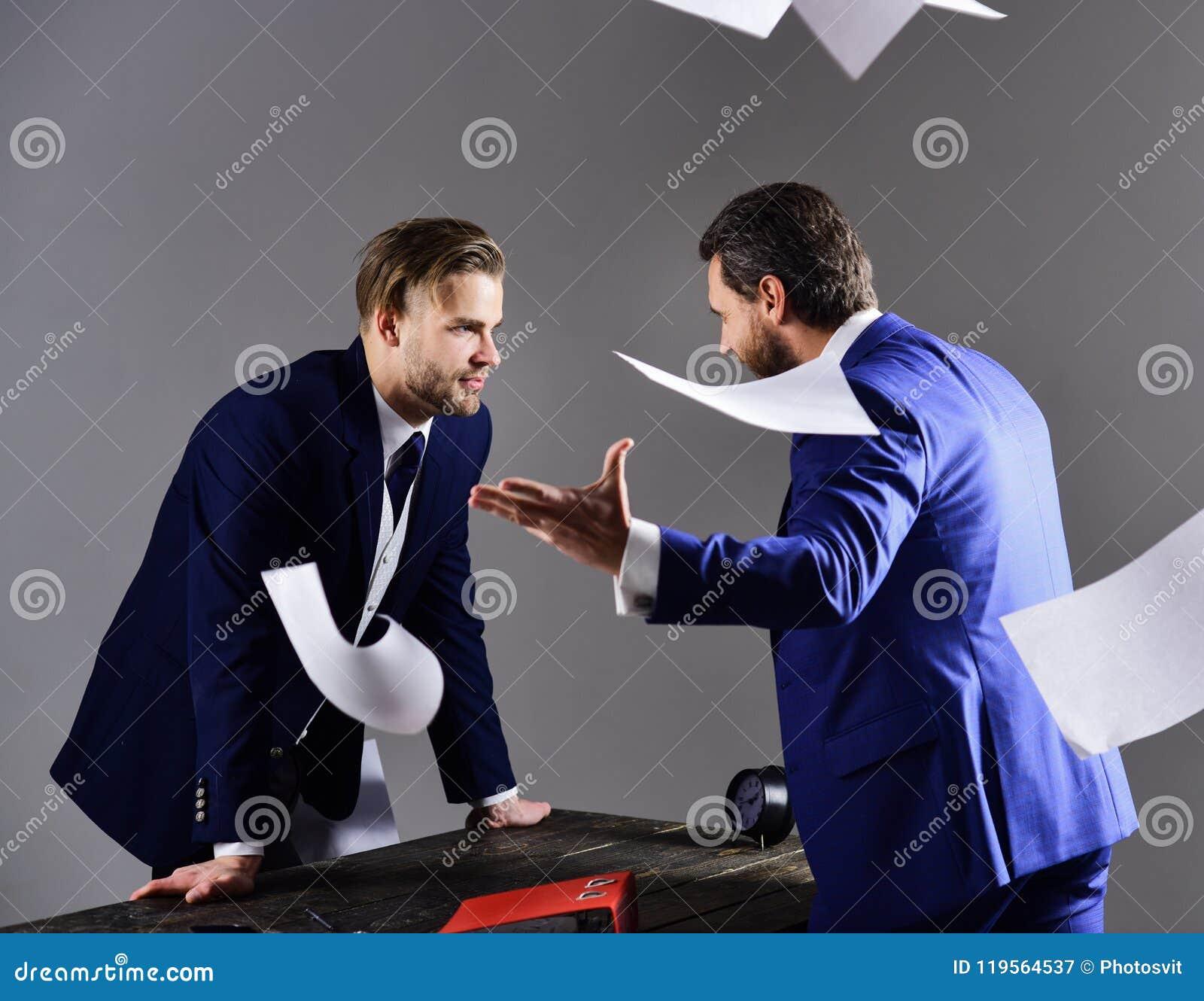 Mensen in kostuum of zakenlieden met ongelukkige uitdrukking met document