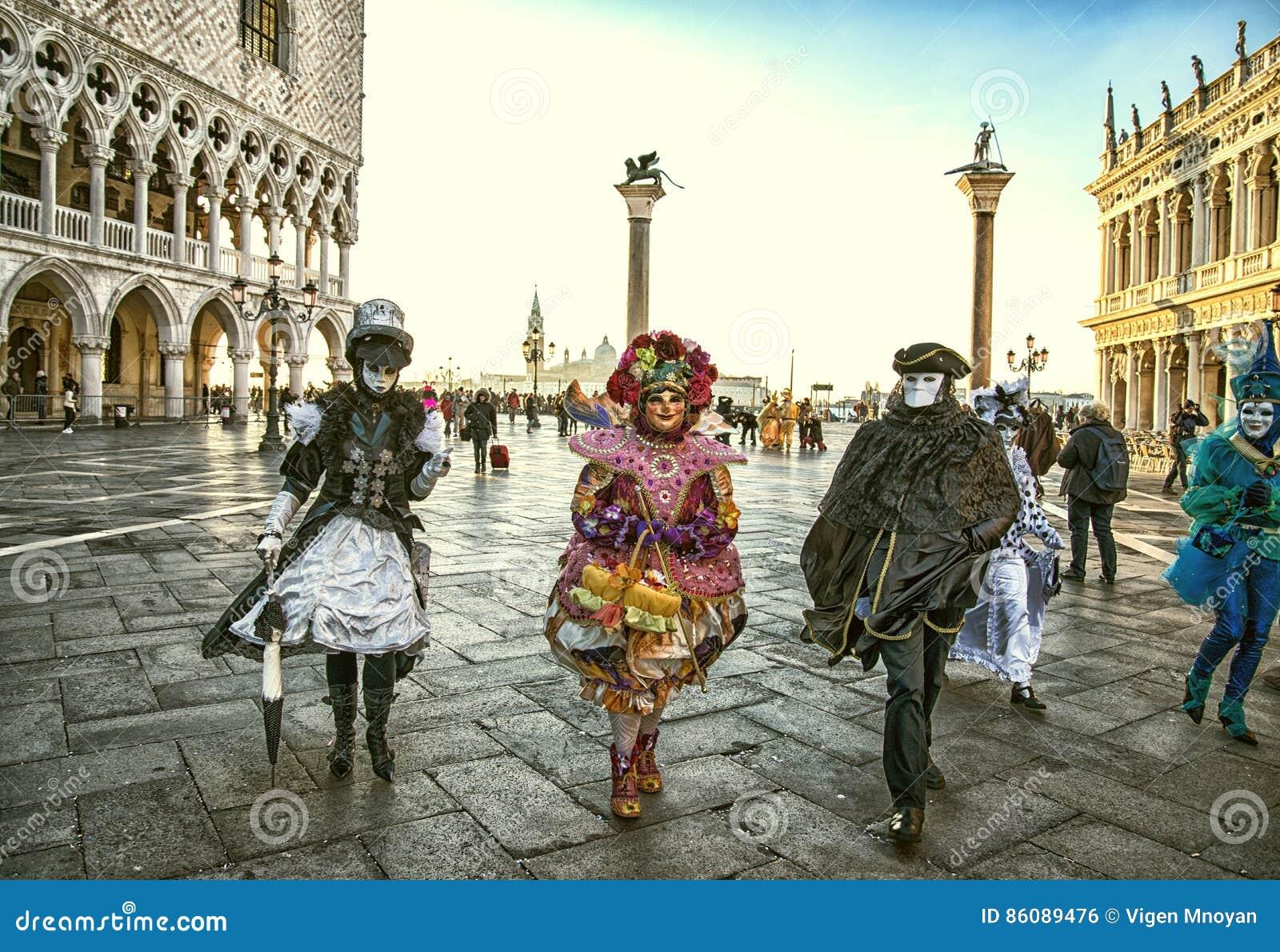 Mensen in maskers en kostuums op Venetiaan Carnaval-06 02 2016 Venetië