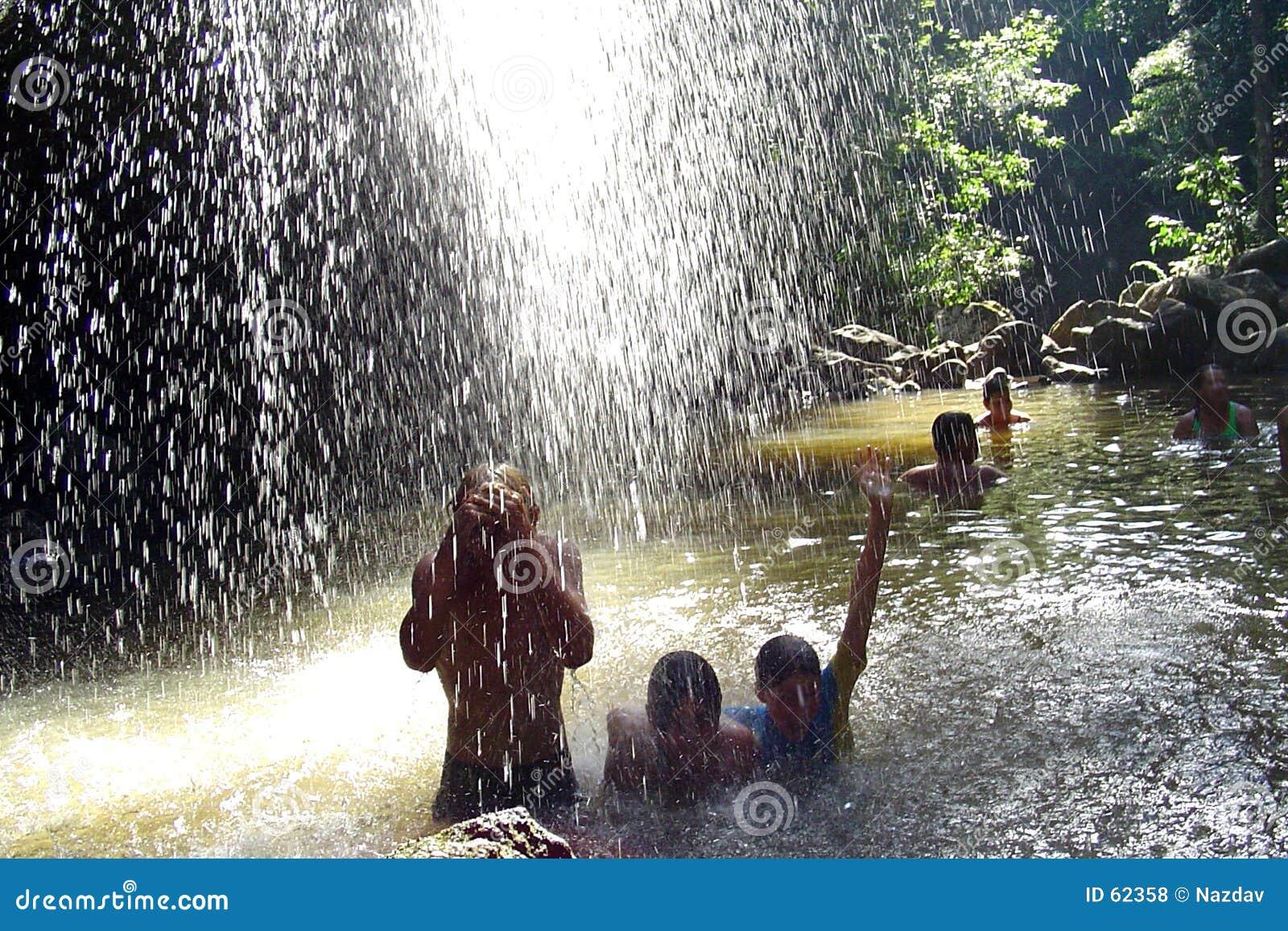 Mensen onder Waterval