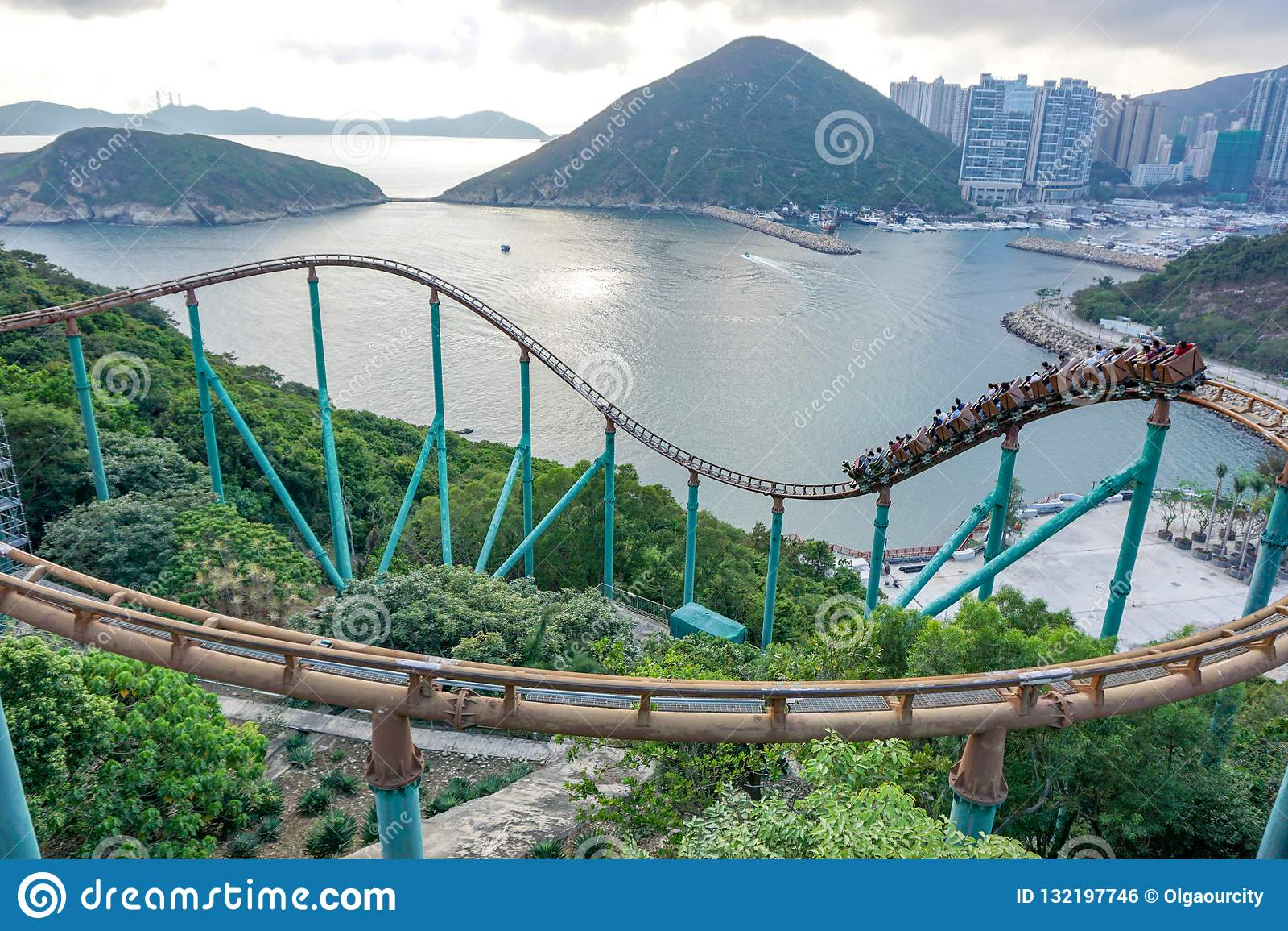 Mensen op achtbaan op Hong Kong Ocean Park