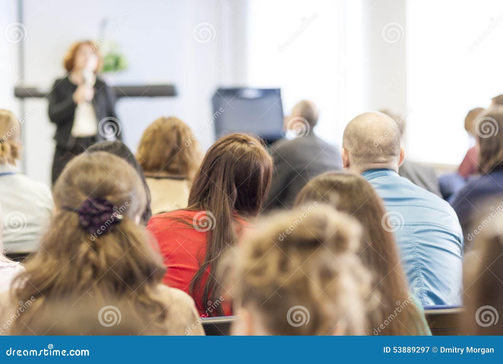 Mensen op de Conferentie die aan de Spreker luisteren Achter mening
