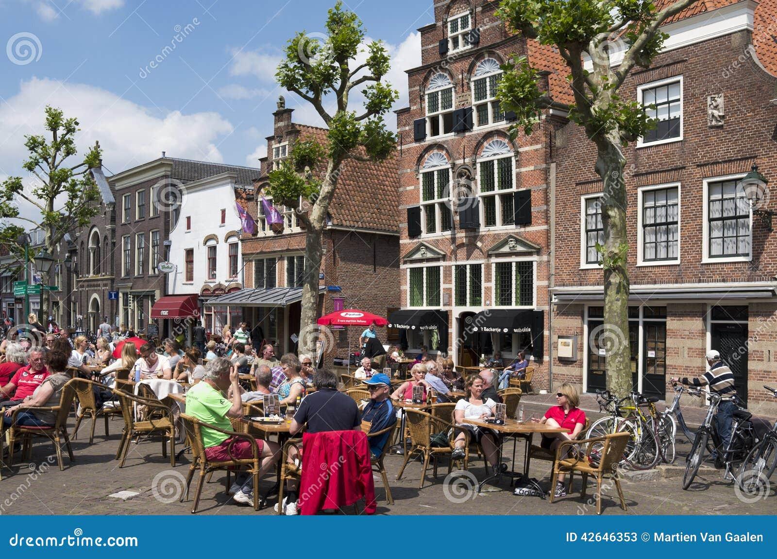 Mensen op een terras in het centrum van het dorp oudewater redactionele stock foto afbeelding - Foto sluit een overdekt terras ...
