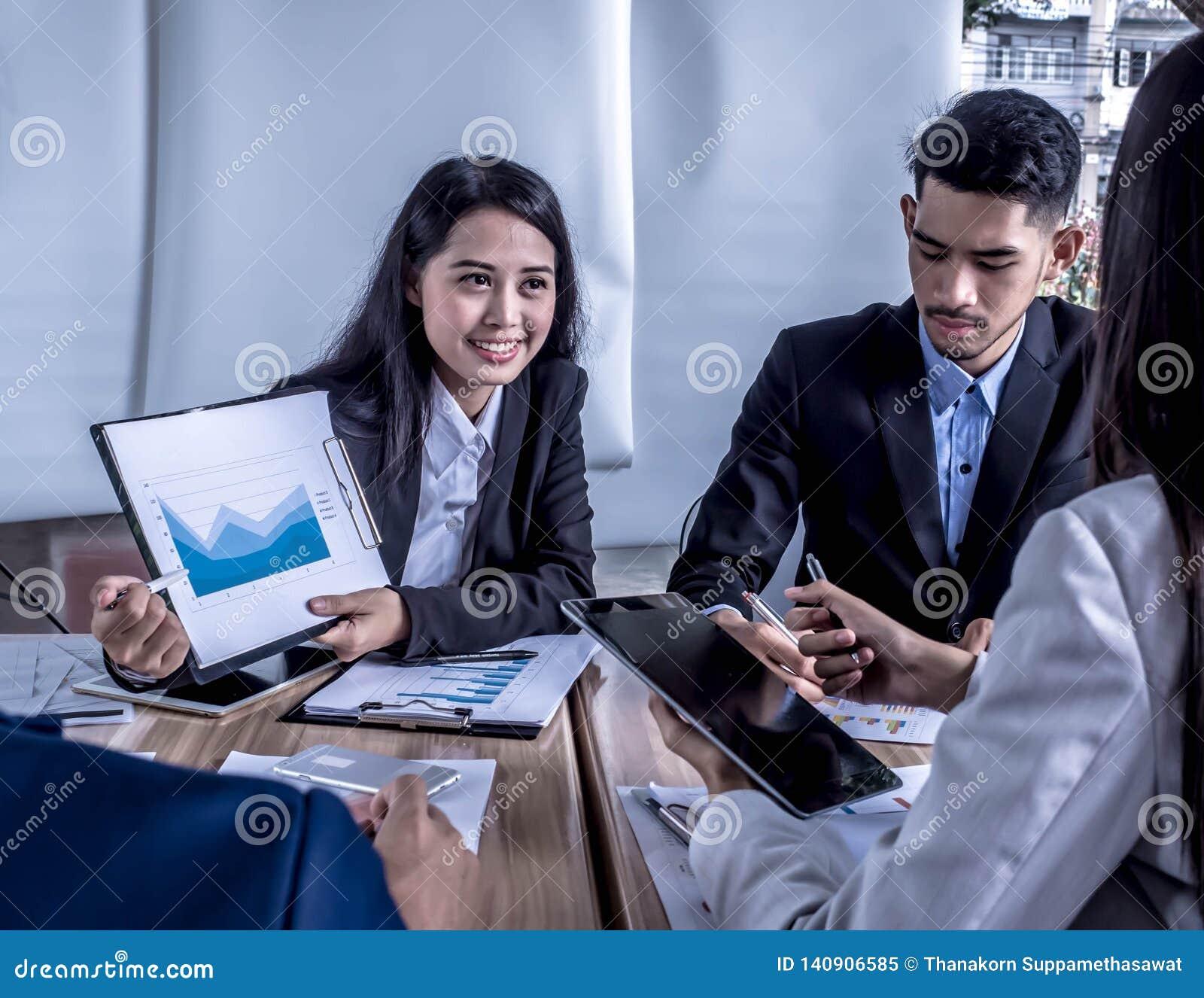 Mensen op het werk: commercieel team die een vergadering met team opleidings flipchart bureau hebben