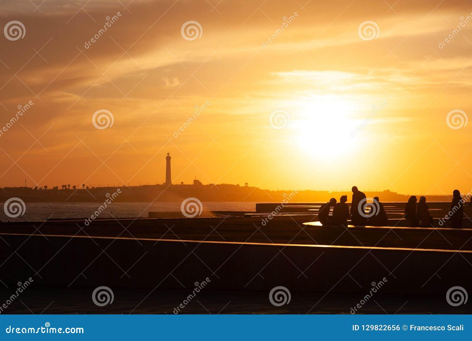 Mensen op zeekust in Marokko bij zonsondergang