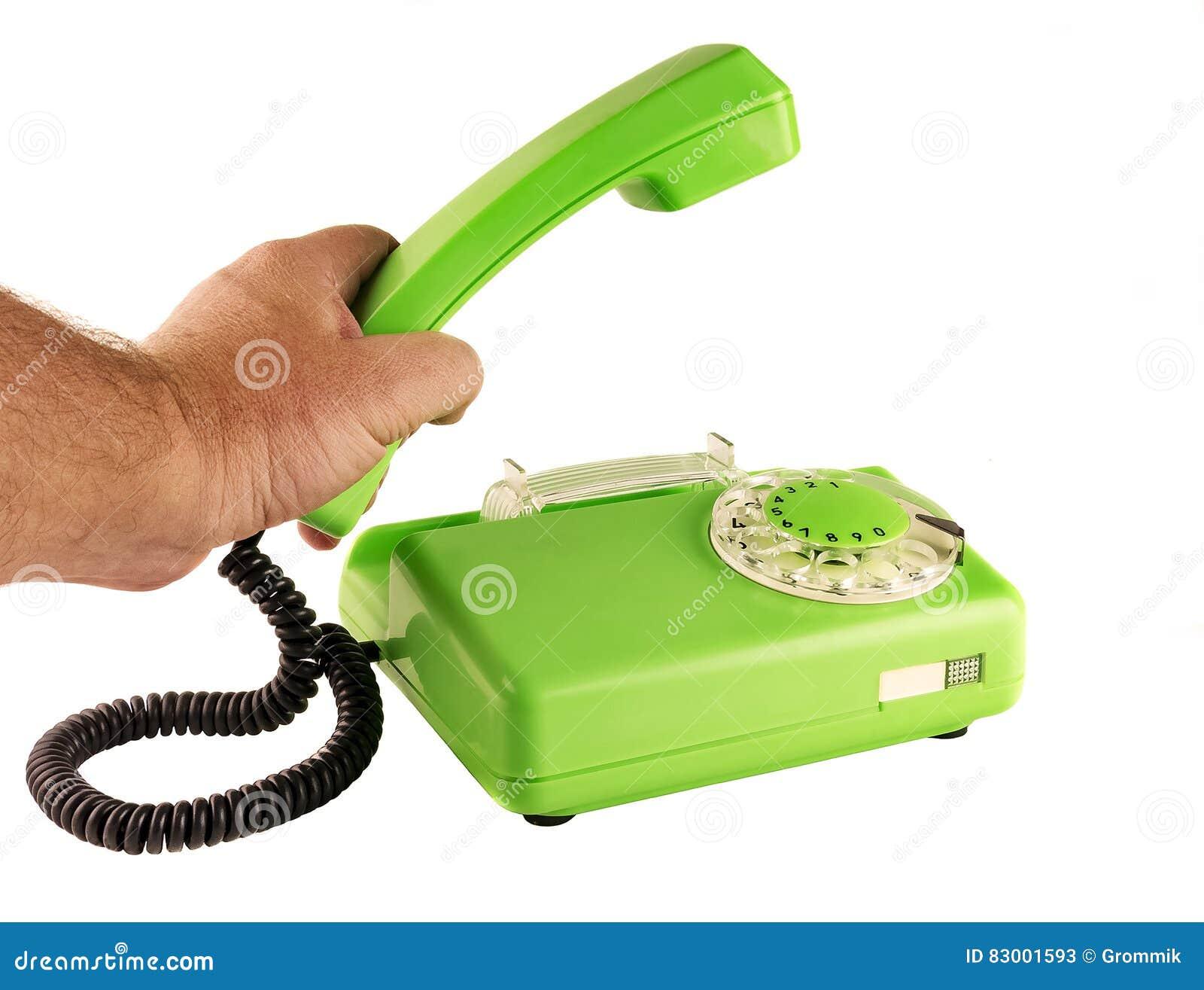 Mensen` s hand die de telefoon met een roterende wijzerplaat houden