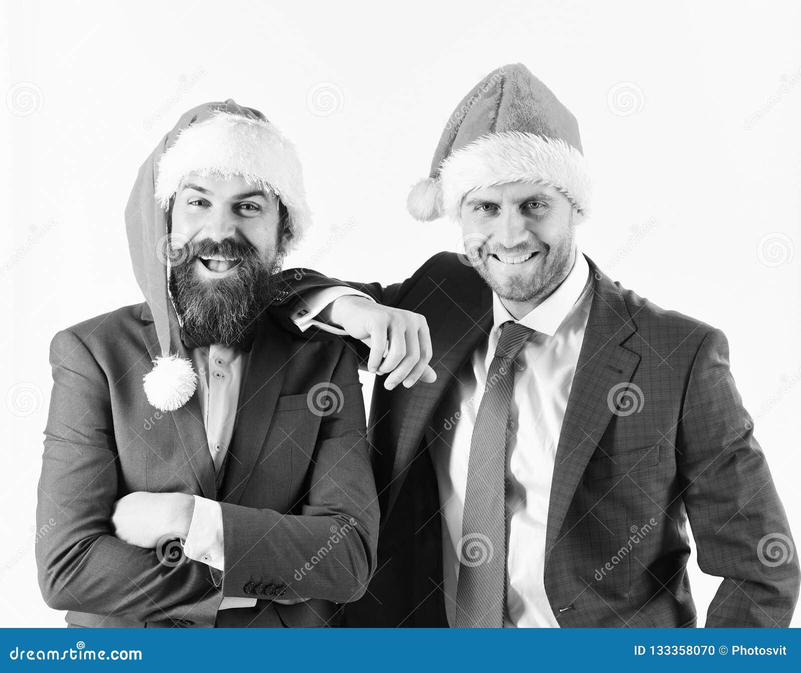 Mensen in slimme kostuums en Kerstmanhoeden op witte achtergrond