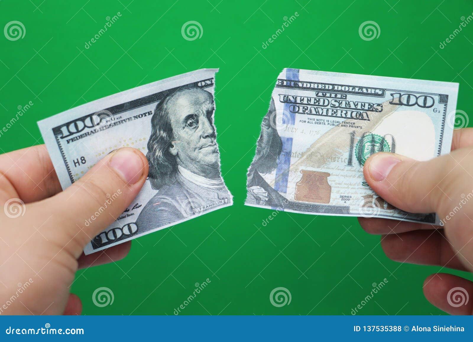 Mensen tearing dollars op groene achtergrond