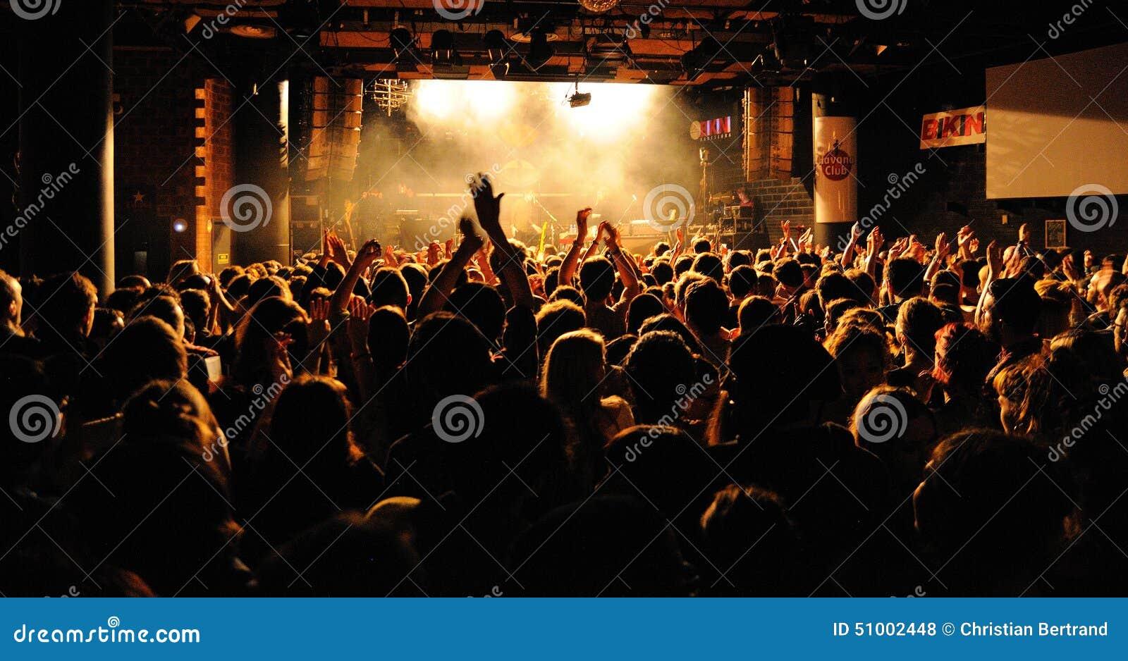 Mensen van de menigte die (ventilators) een overleg toejuichen door de Fietsclub van Bombay (band) bij Bikiniclub