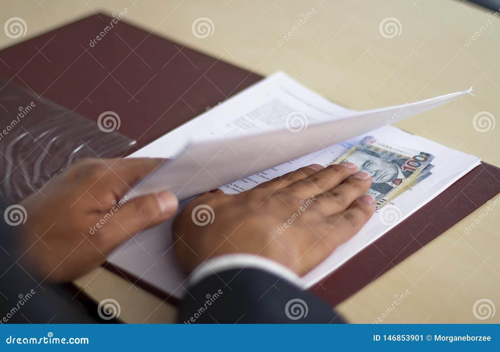 Mensen verbergende steekpenning in het kader van sommige documenten, Peruviaans geld