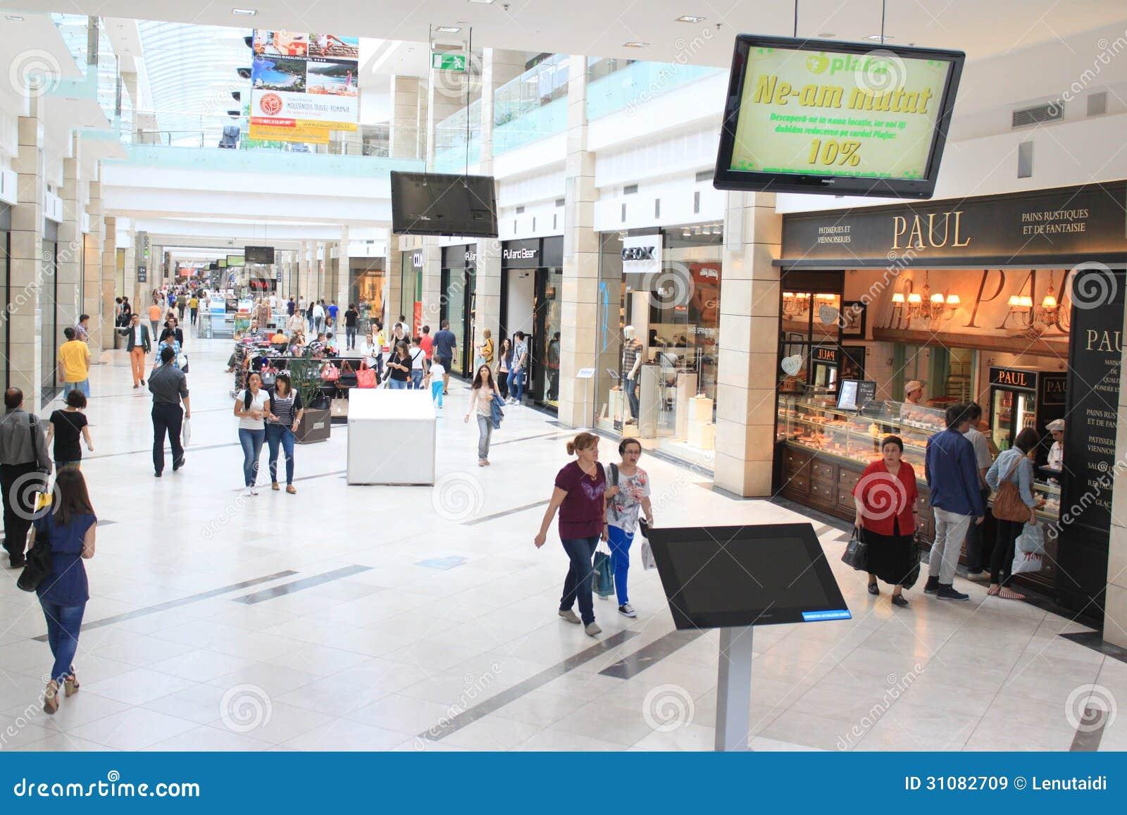 Mensen in winkelcomplex