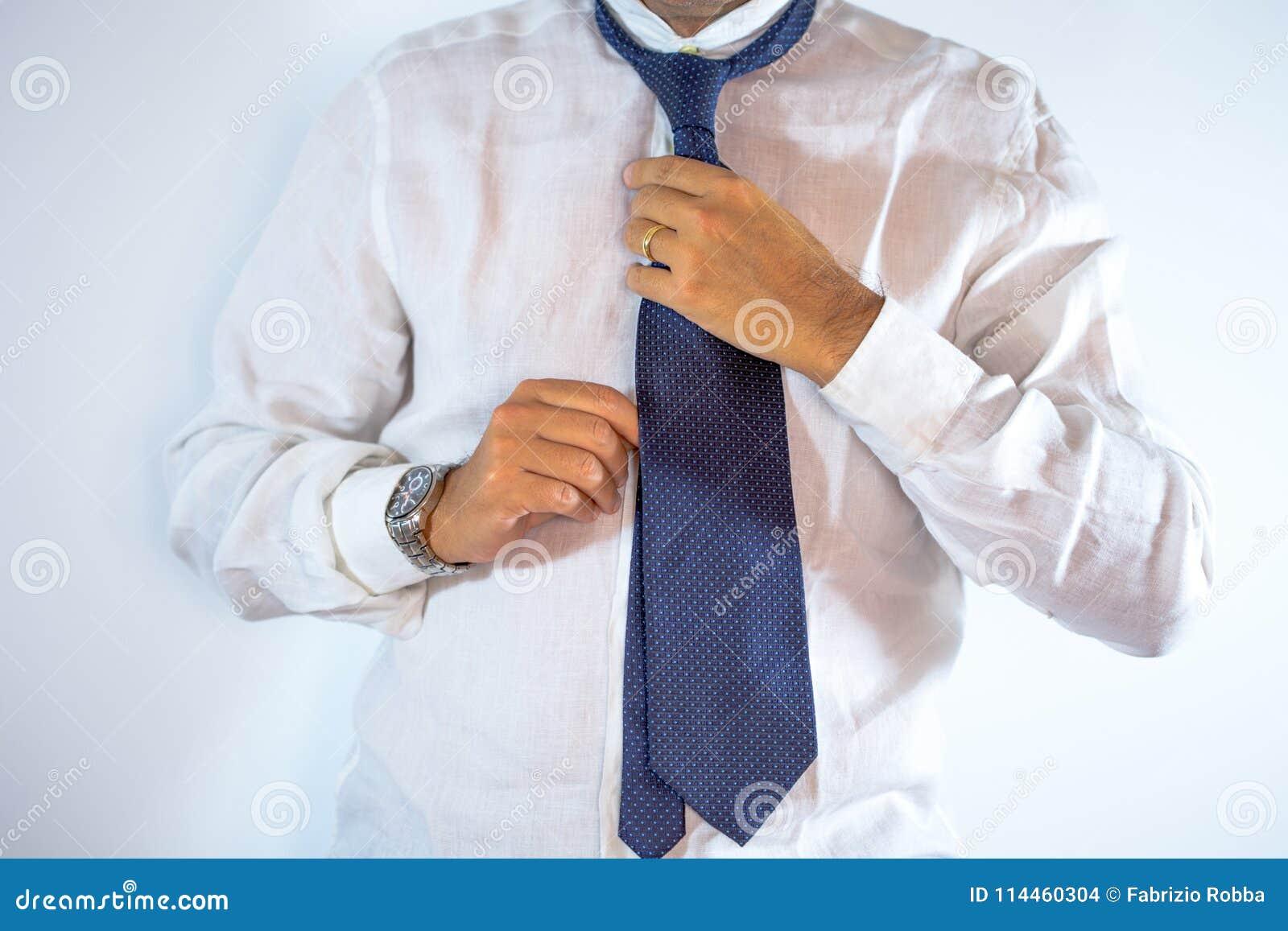 Mensen, zaken, manier en kledingsconcept - sluit omhoog van mens die in overhemd zich omhoog de kleden