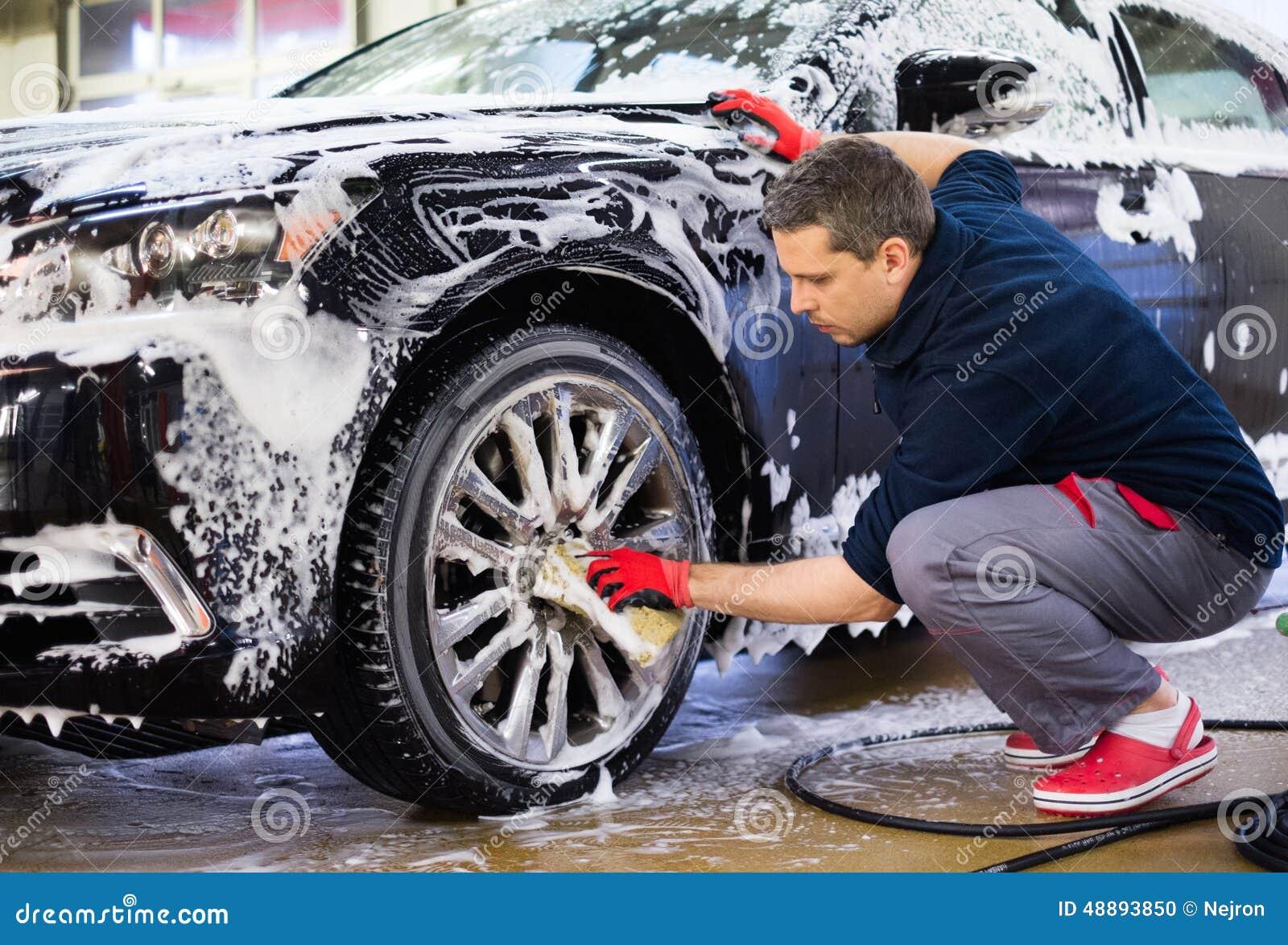 Mensenarbeider op een autowasserette
