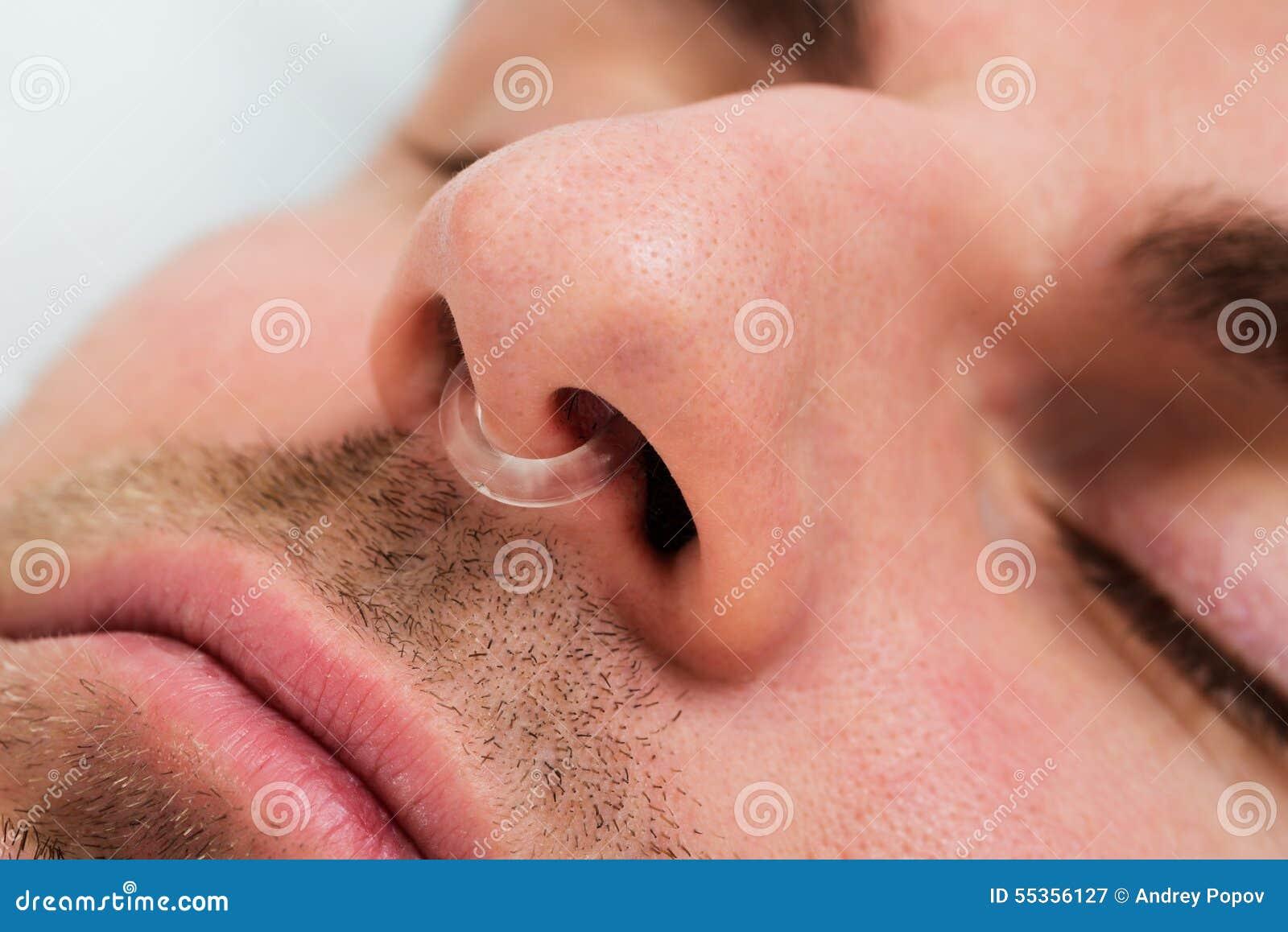 Mensengezicht met het apparaat van de neusklem