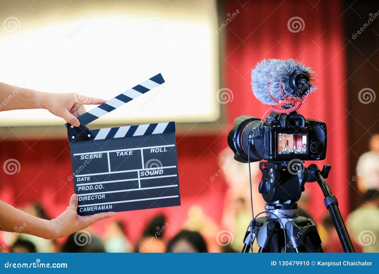 Mensenhanden die filmklep houden Regisseurconcept de camera toont de vangstmotie van het beeldzoekerbeeld in gesprek of uitzendin