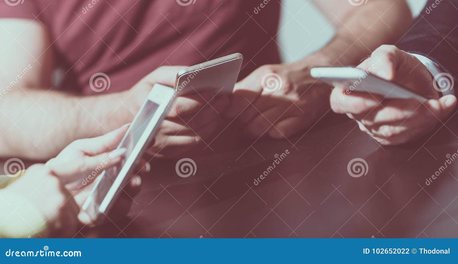 Mensenhanden die mobiele telefoons met behulp van