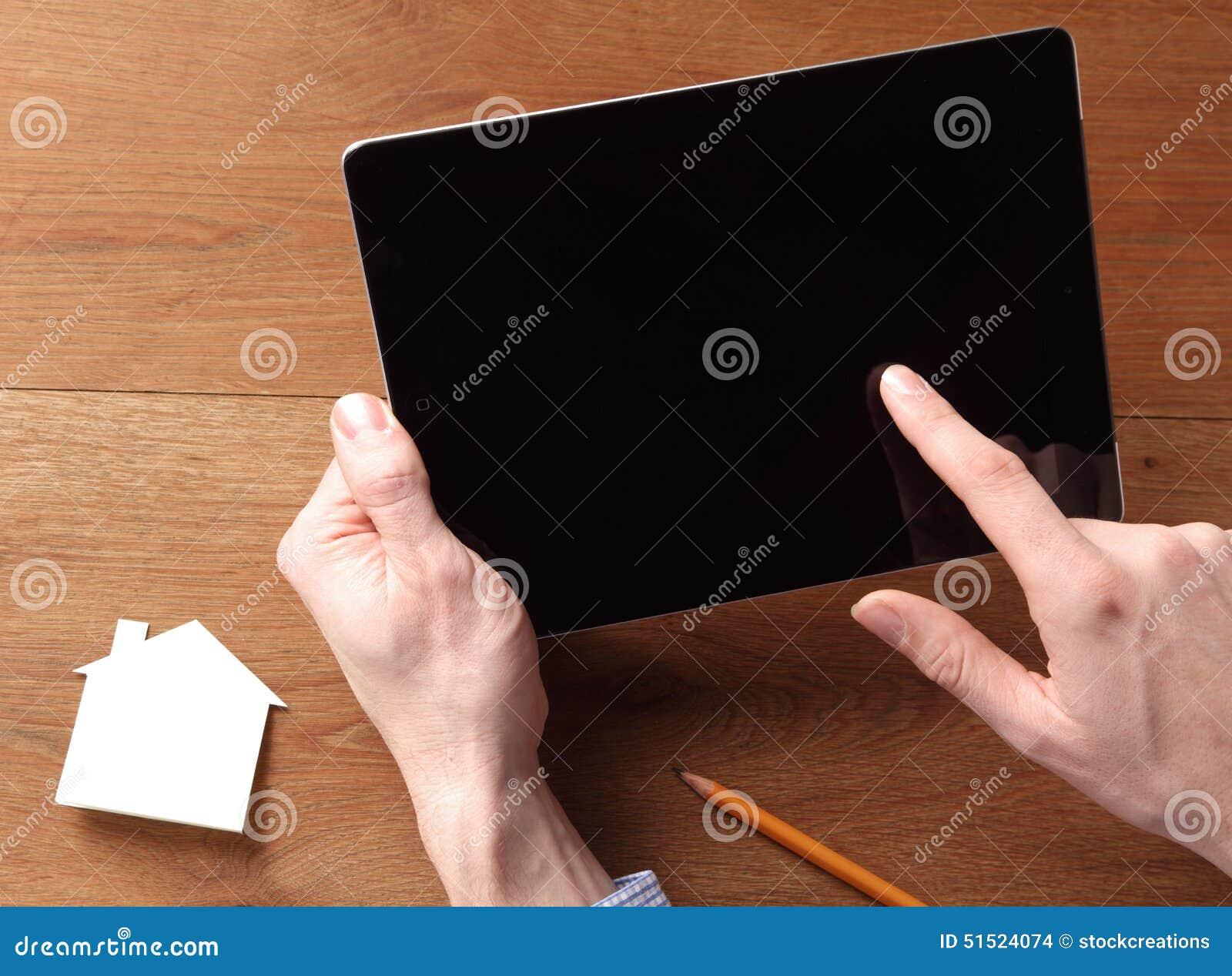 Mensenholding van Tablet terwijl wat betreft het Scherm