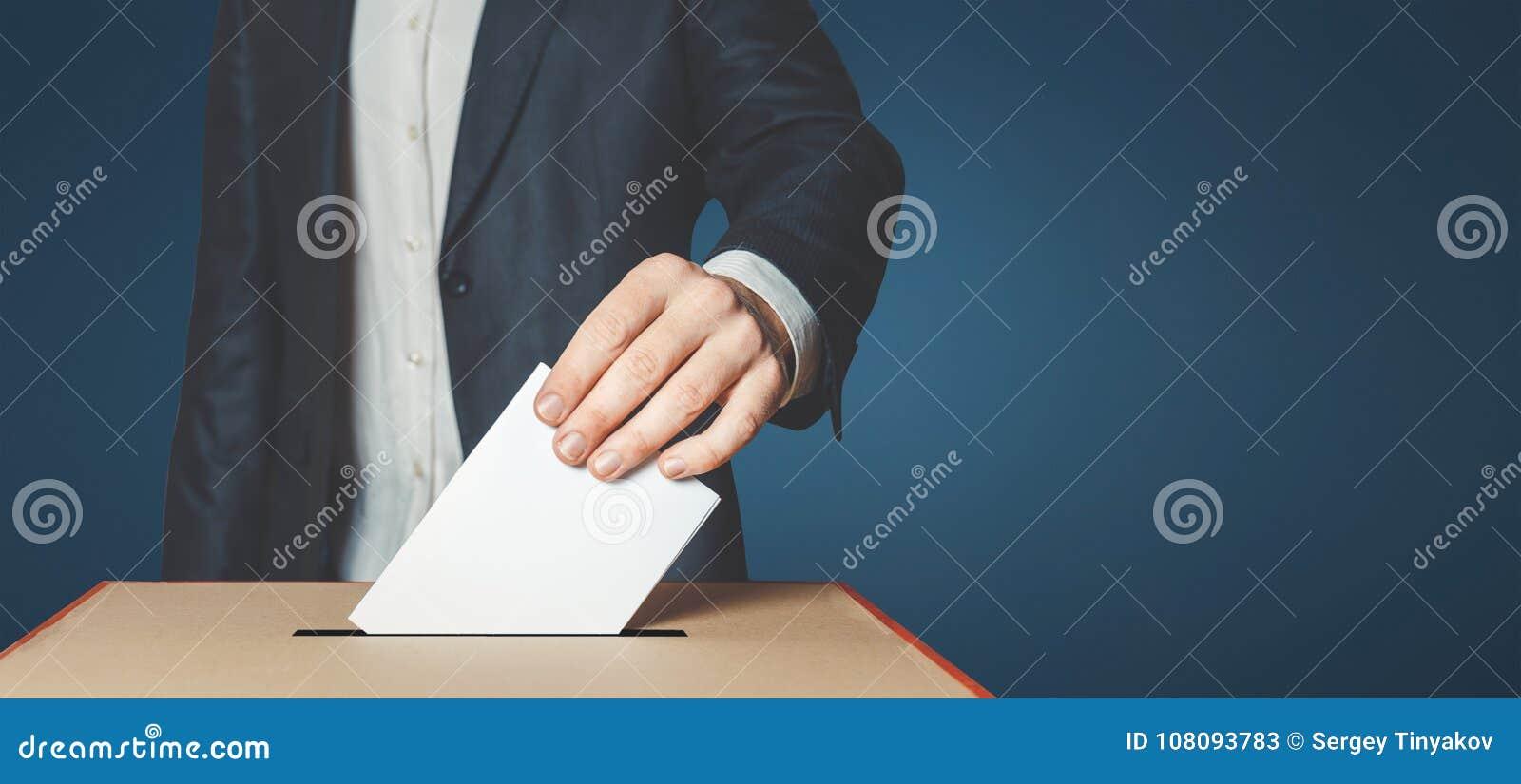 Mensenkiezer die Stemming zetten in het Stemmen van over doos Het Concept van de democratievrijheid op Blauwe Achtergrond