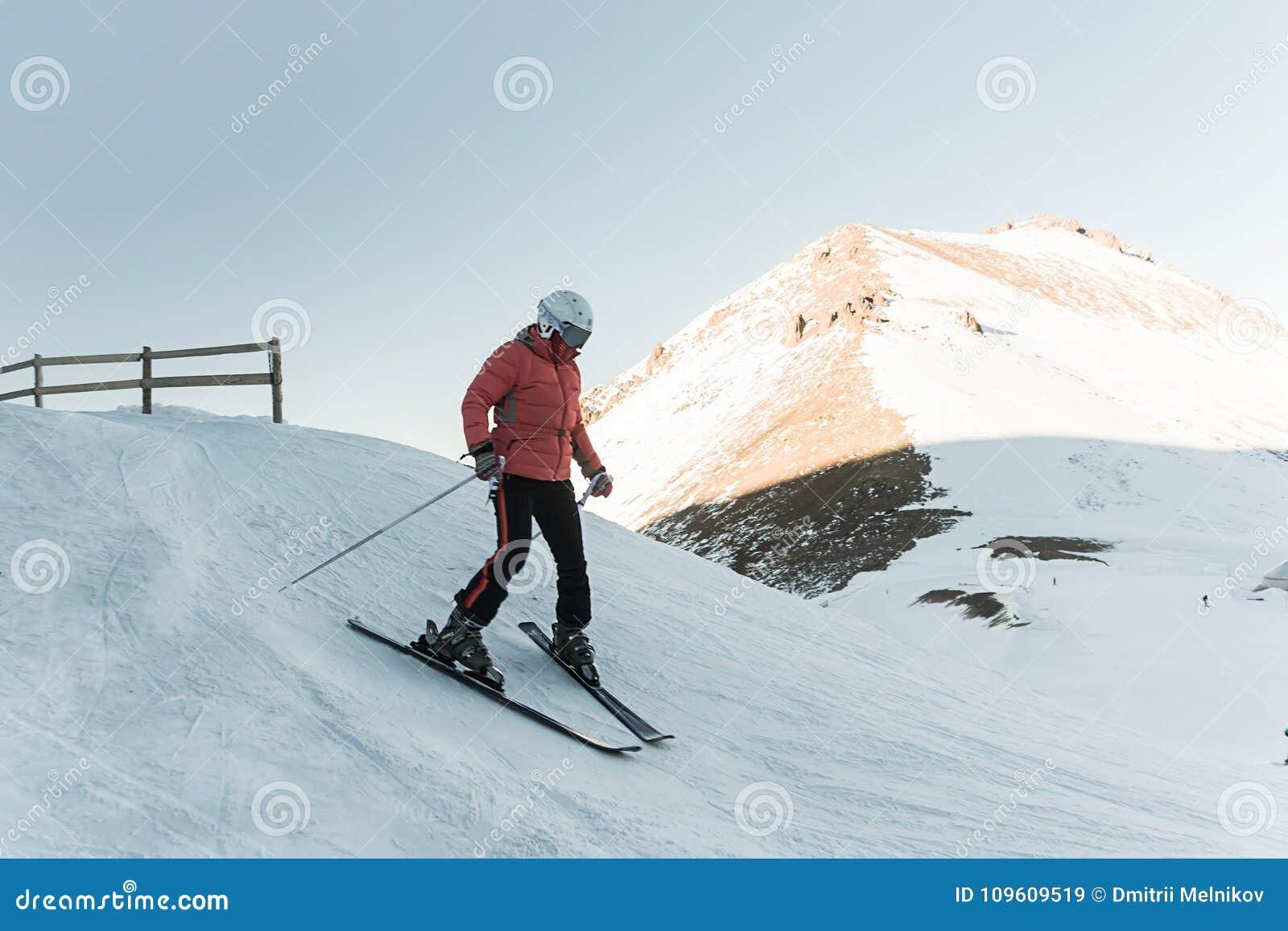 Mensenskiër het berijden door sneeuwpiste