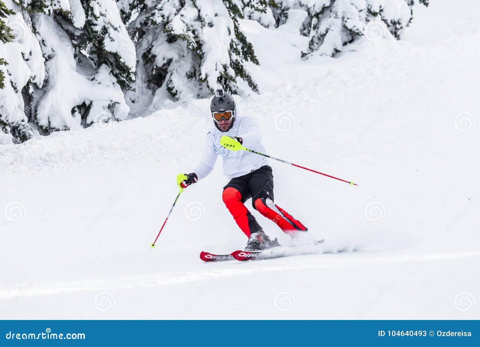 Download Mensenskiër Met Helm En Goprocamera Bij Zijn Het Hoofd Ski?en Redactionele Stock Foto - Afbeelding bestaande uit mens, rugzak: 104640493