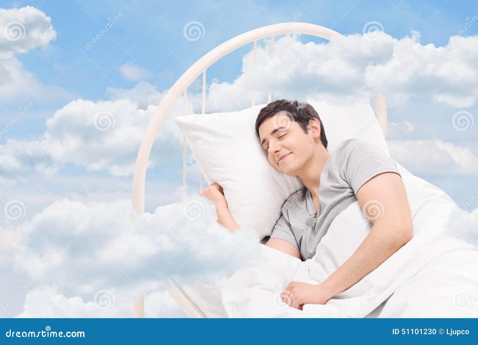 Mensenslaap op een bed in de wolken
