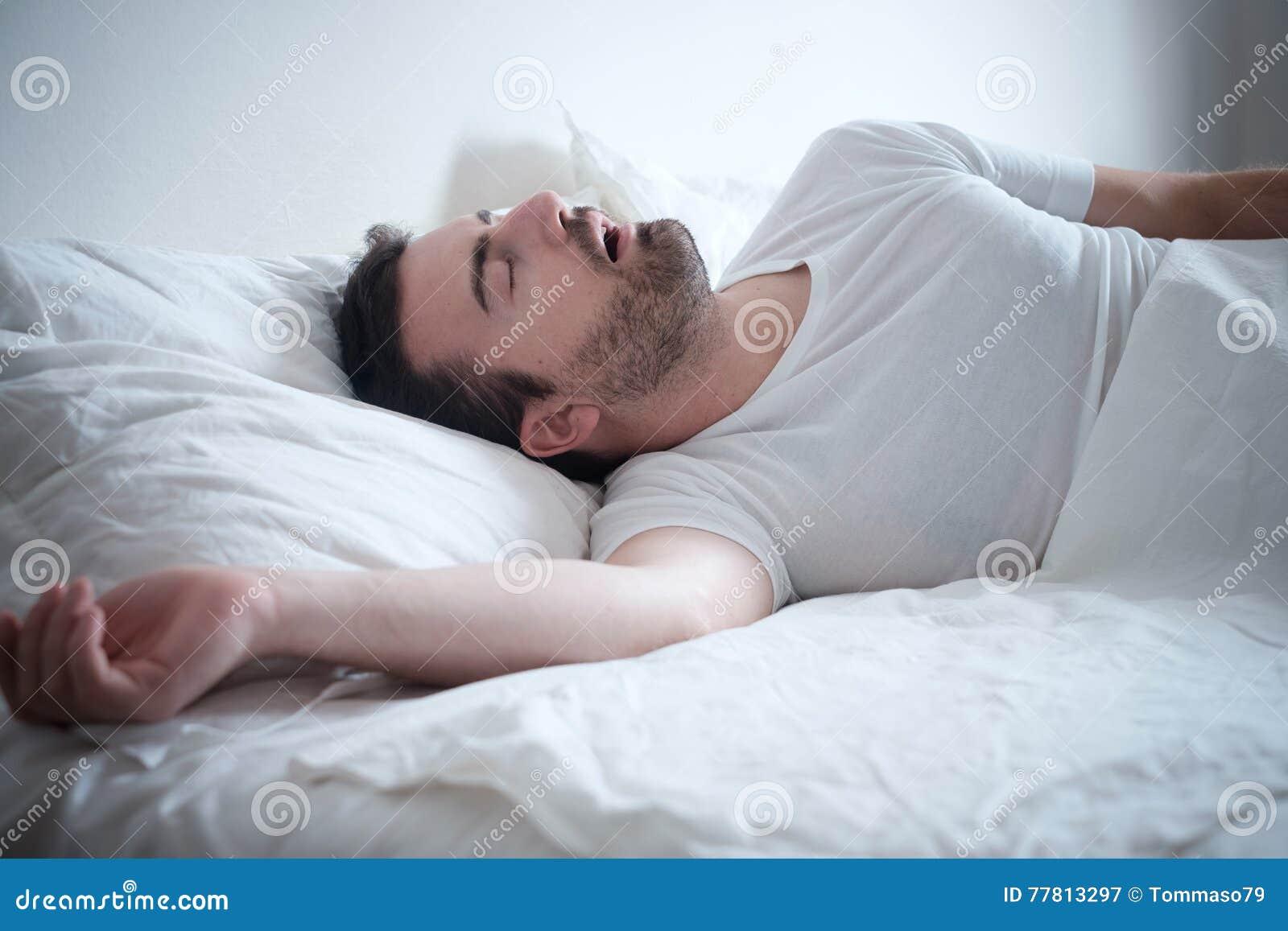 Mensenslaap in zijn bed en luid het snurken