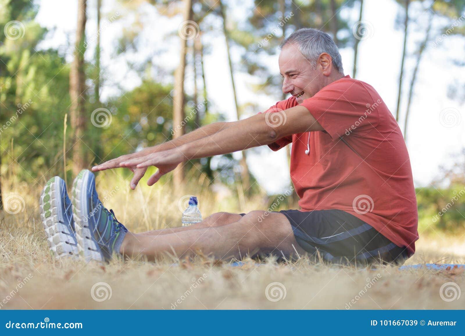 Mensentraining op middelbare leeftijd in park