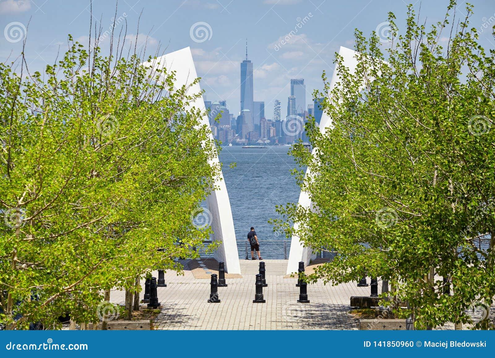 Mensentribunes tussen Prentbriefkaaren, Staten Island September 11 Gedenkteken met Manhattan in afstand