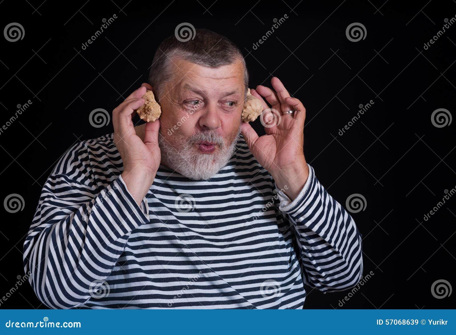 Mensenvreugde als jong geitje het luisteren geluiden van overzeese shell